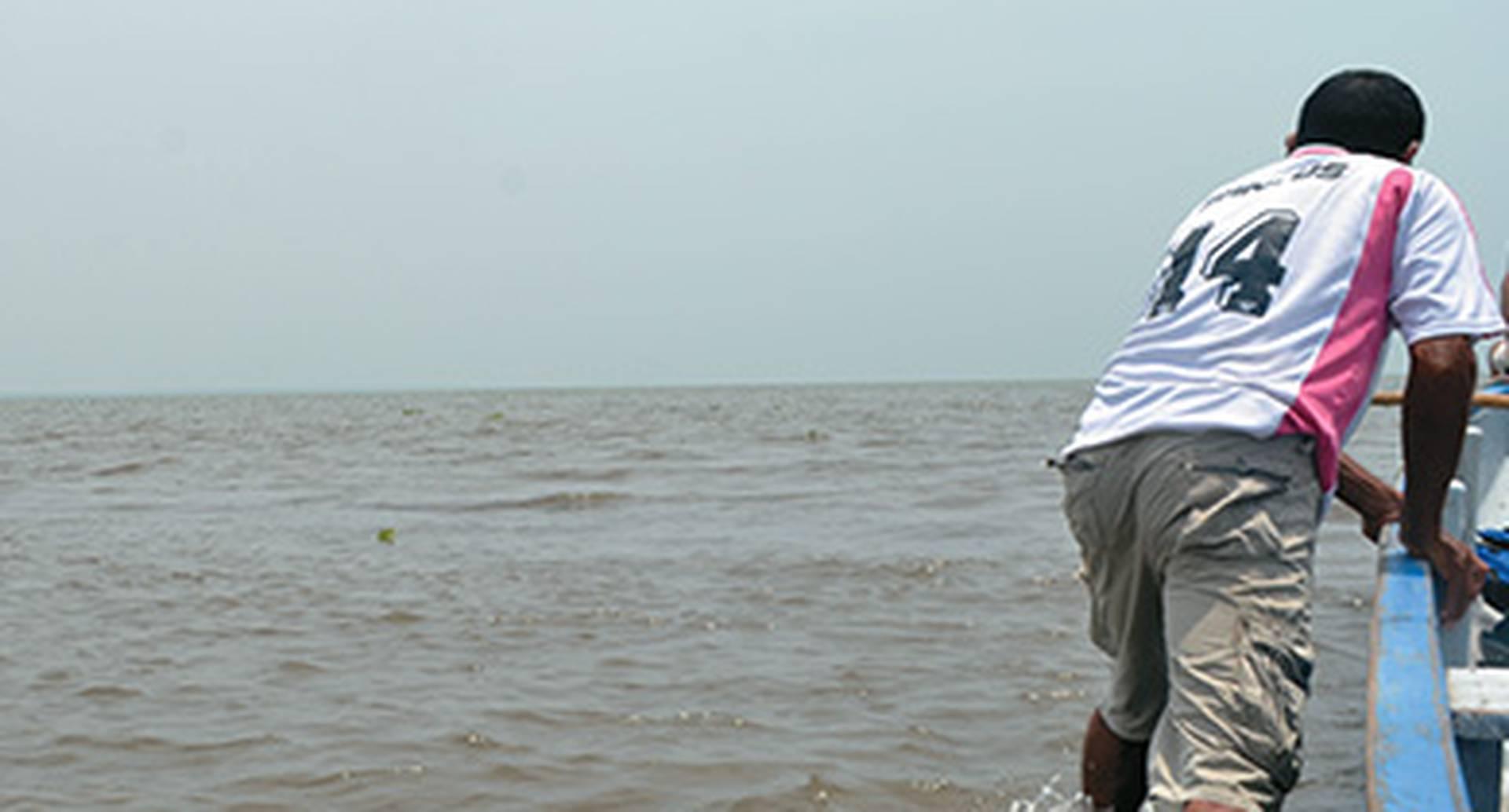 En algunas partes de la ciénaga, incluso en la desembocadura de los ríos como el Aracataca, los bogas tienen que bajarse y caminar para desencallar las canoas.