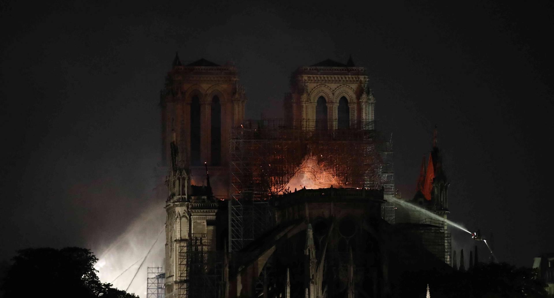 El presidente Emmanuel Macron prometió reconstruir el emblemático edifico gótico.