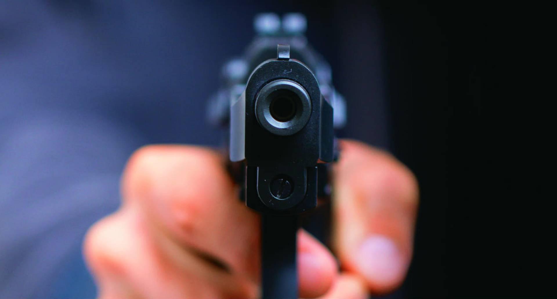 El celador terminó matando al ladrón cuando intentó parar el robo.