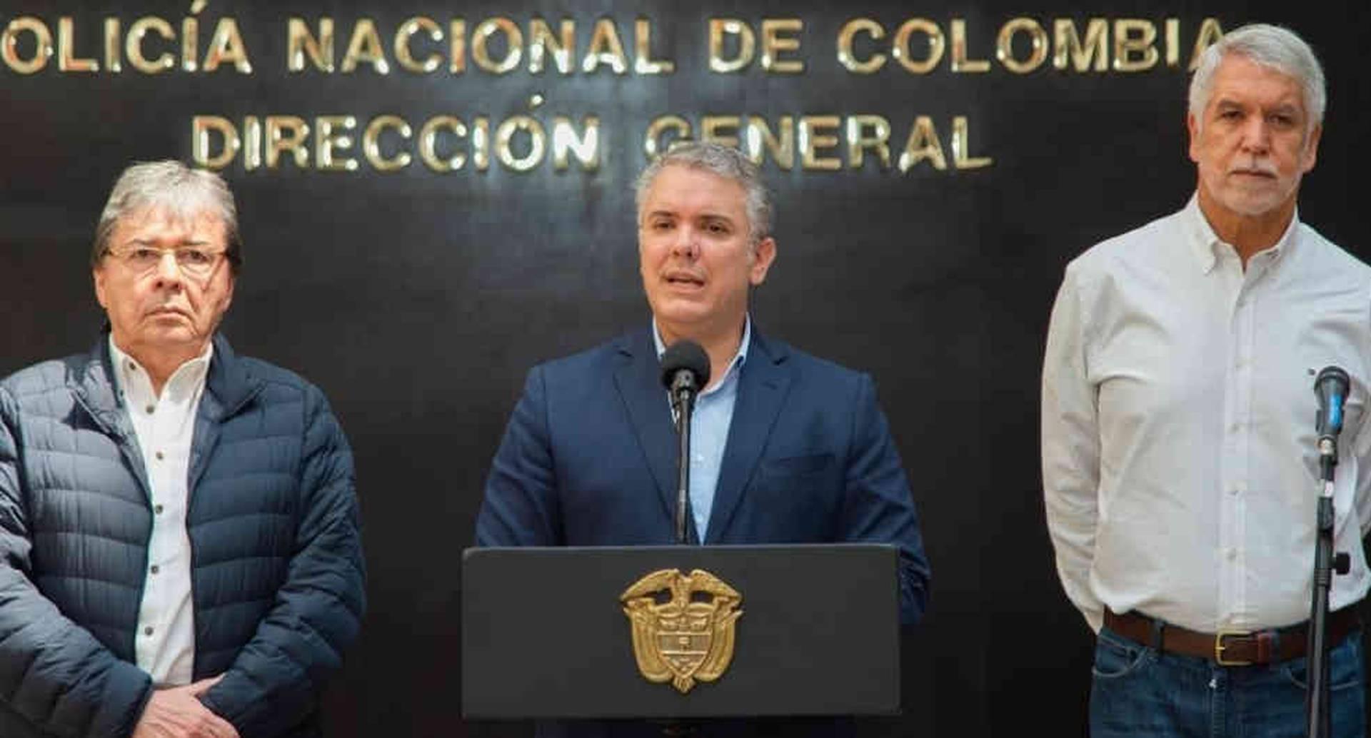 El presidente Iván Duque, con el alcalde Enrique Peñalosa y el ministro de Defensa, Carlos Holmes Trujillo, en la rueda de prensa en la mañana de este sábado en la Dirección de la Policía Nacional.