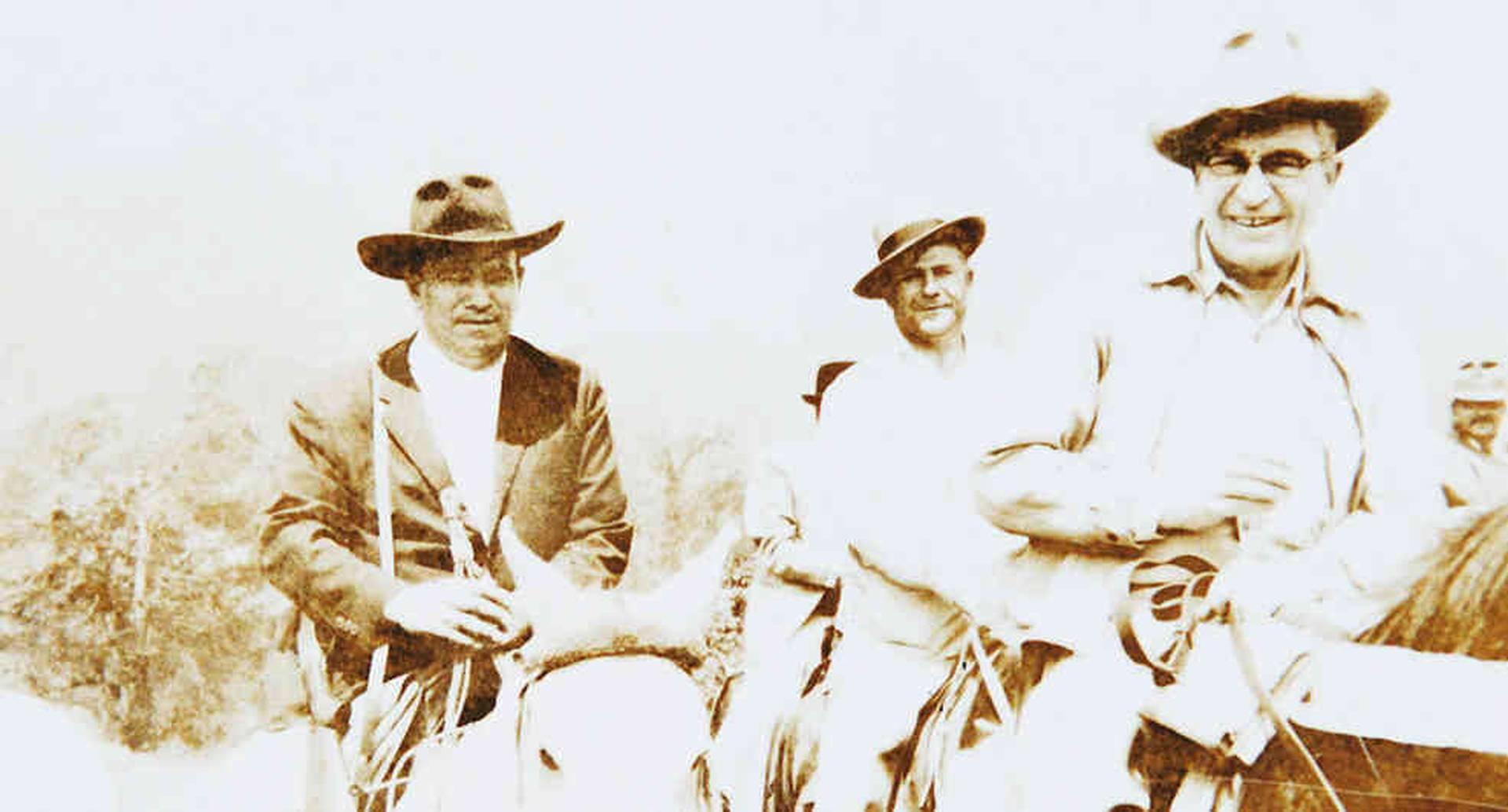 De izquierda a derecha: Alfredo Sierra, Evaristo Muñoz y Willis F. Bronkie, de camino a las minas de Chivor antes de que existiera una vía pavimentada.