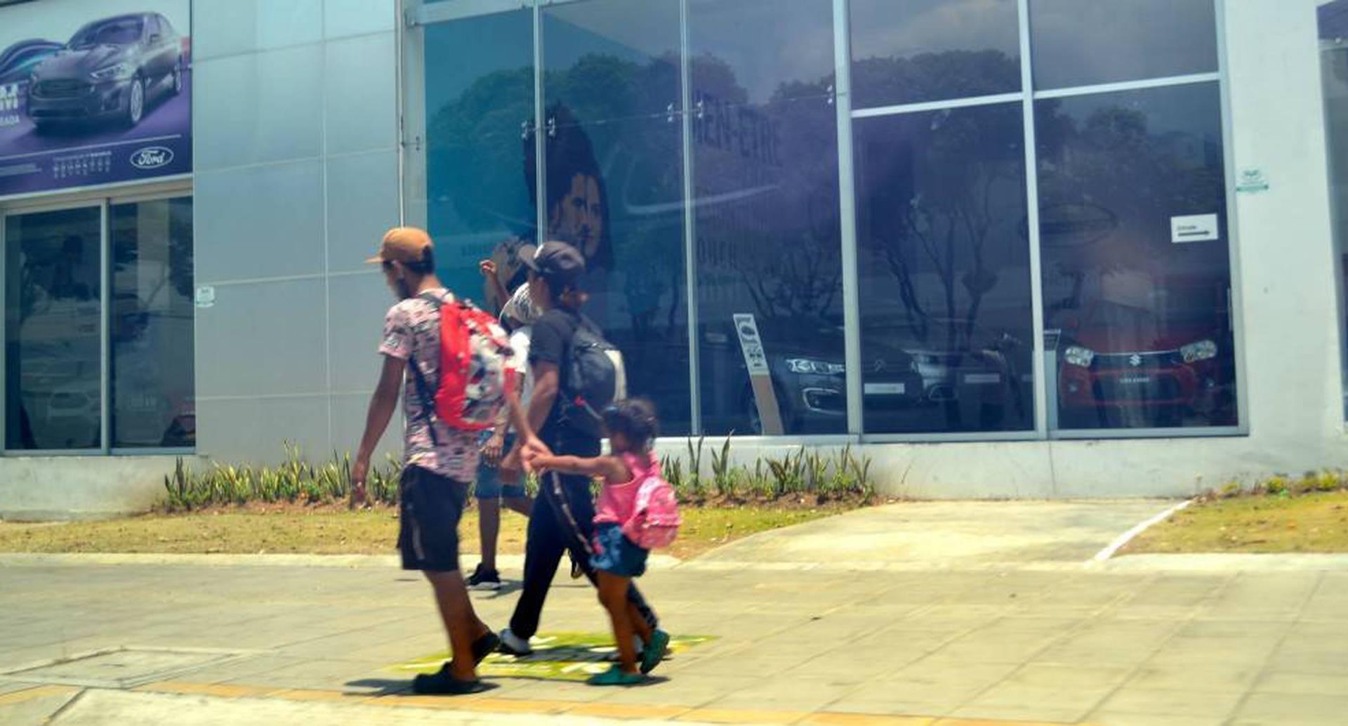 En medio de la cuarentena, se ven familias enteras de migrantes caminando por Bucaramanga, buscando su sustento, muchos de ellos con niños.