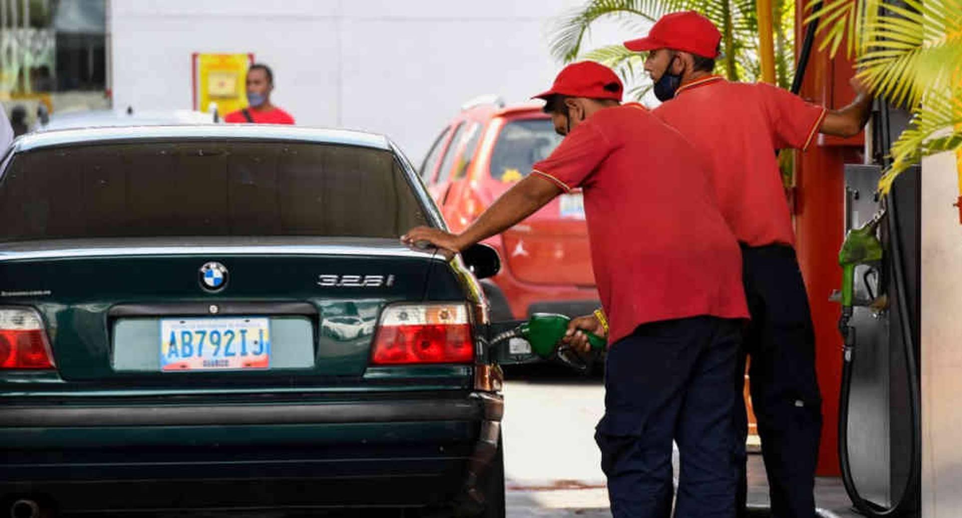 Una persona en Caracas abastece su vehículo de gasolina