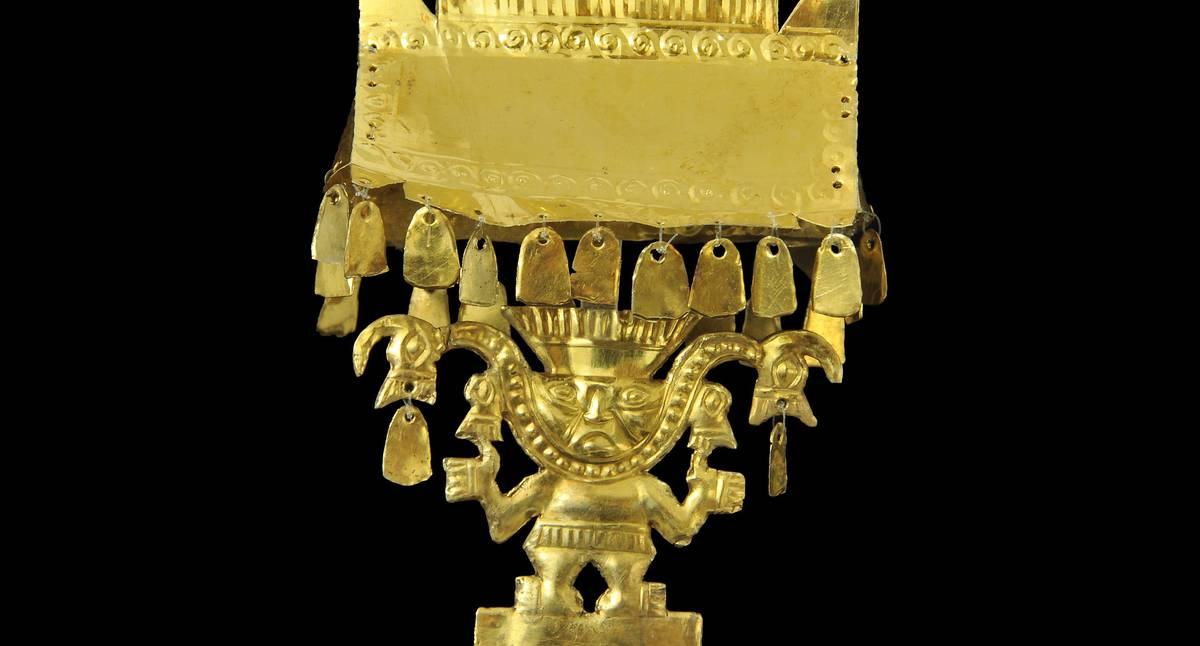 Detalle del cetro elaborado en oro por martillado y repujado.. Hace parte de la exposición La Sacerdotisa de Chornancap, Perú del Museo del Oro. Cortesía del Banco de la República.