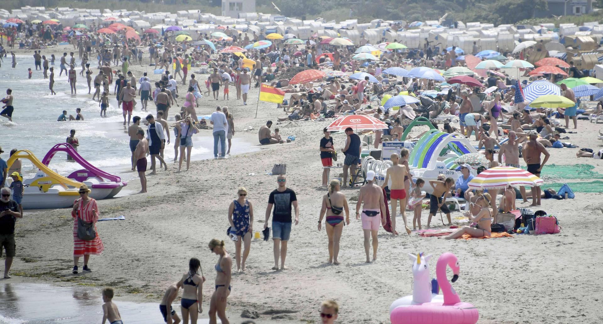 No cabe un solo turista más en la playa del mar Báltico en Timmendorfer Strand, Alemania, el viernes 26 de junio de 2020. Después de la relajación de las medidas contra el brote de coronavirus, en la mayoría de los estados federales alemanes, la población ha salido a gozar el verano.