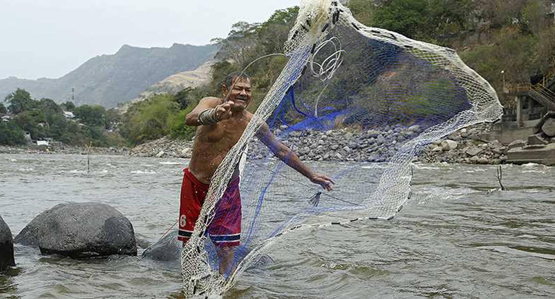Pedro Elías Rodríguez, pescador de Honda (Tolima), asegura que lo que atrapa en una mañana completa sólo le alcanza para su alimentación; ya no comercializa. Foto: Guillermo Torres/SEMANA