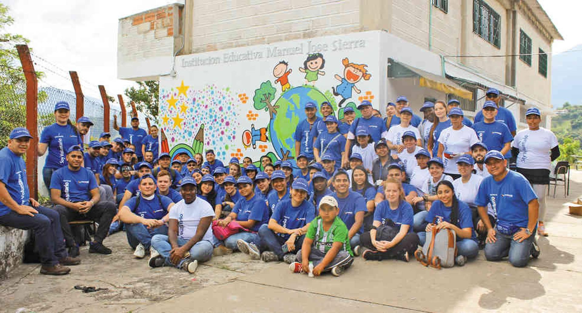 Los empleados de Corona participan en jornadas de voluntariado para mejorar la infraestructura de los colegios del pueblo.