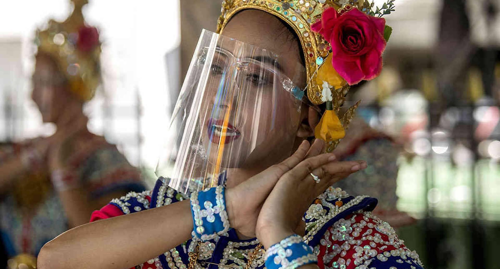Esta bailarina clásica tailandesa actúa en el santuario de Erawan, en Bangkok, Tailandia. Imagen del 28 de mayo. El gobierno tailandés continúa reduciendo las restricciones impuestas en la capital y otros lugares para combatir la propagación del coronavirus. Foto: Sakchai Lalit/ AP
