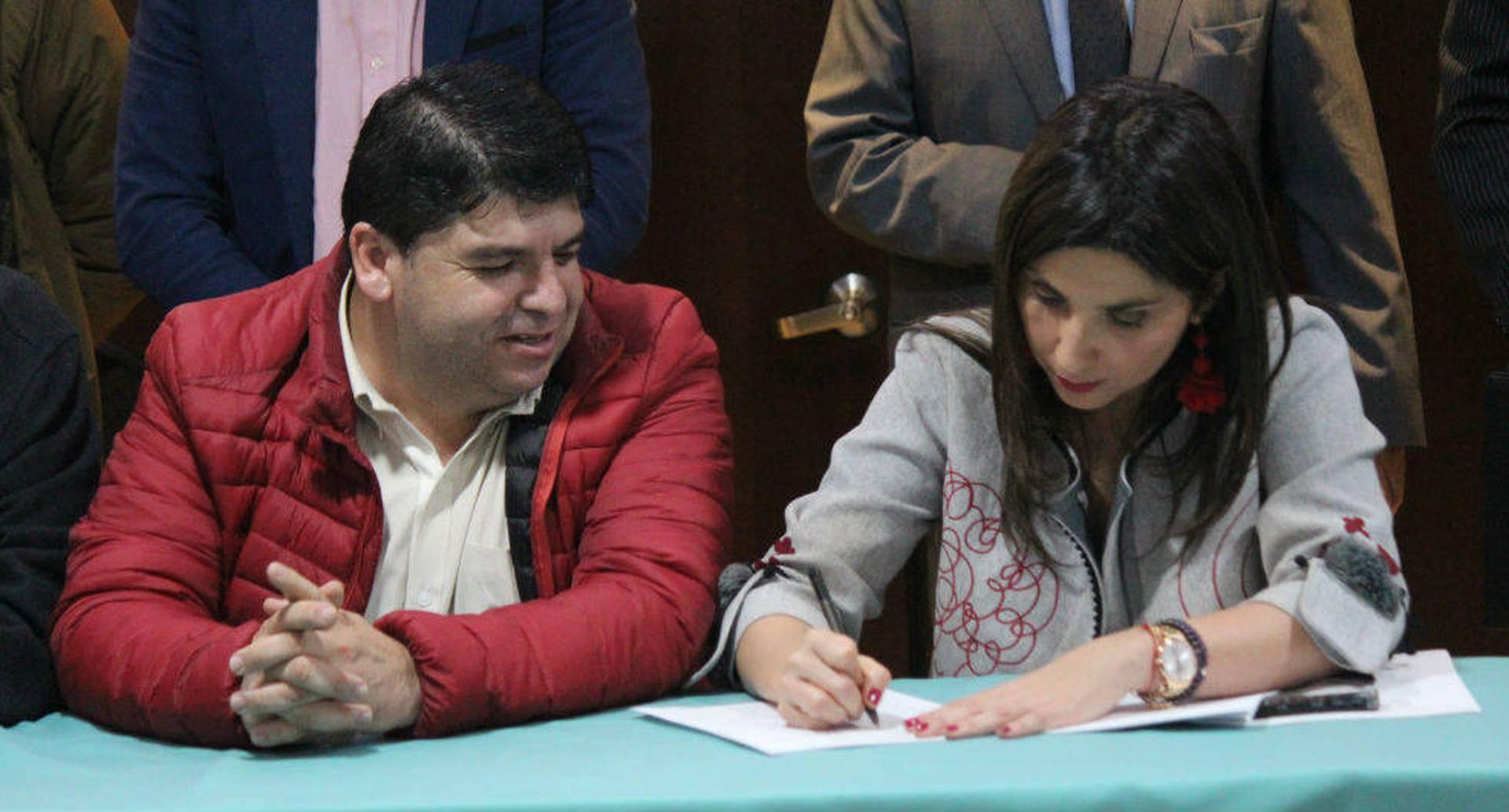 Nelson Alarcón, presidente de Fecode, y María Victoria Angulo, ministra de Educación, firmaron el acuerdo este jueves 16 de mayo