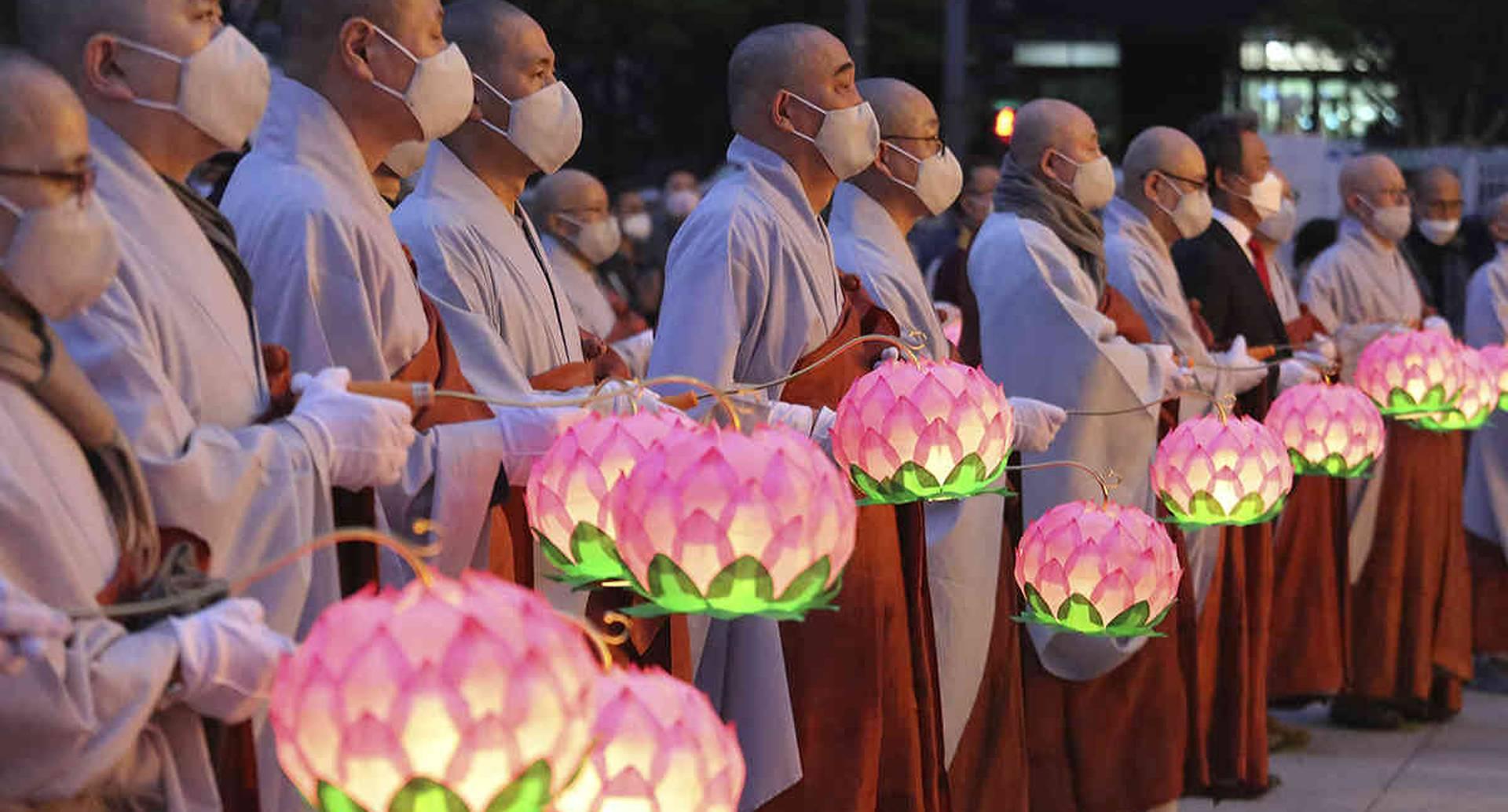 Monjes budistas celebran el cumpleaños de Buda, una fiesta tradicional del budismo Mahayana, en la Plaza Gwanghwamun, de Seúl, Corea del Sur. 30 de abril. Foto: Ahn Young-joon/ AP