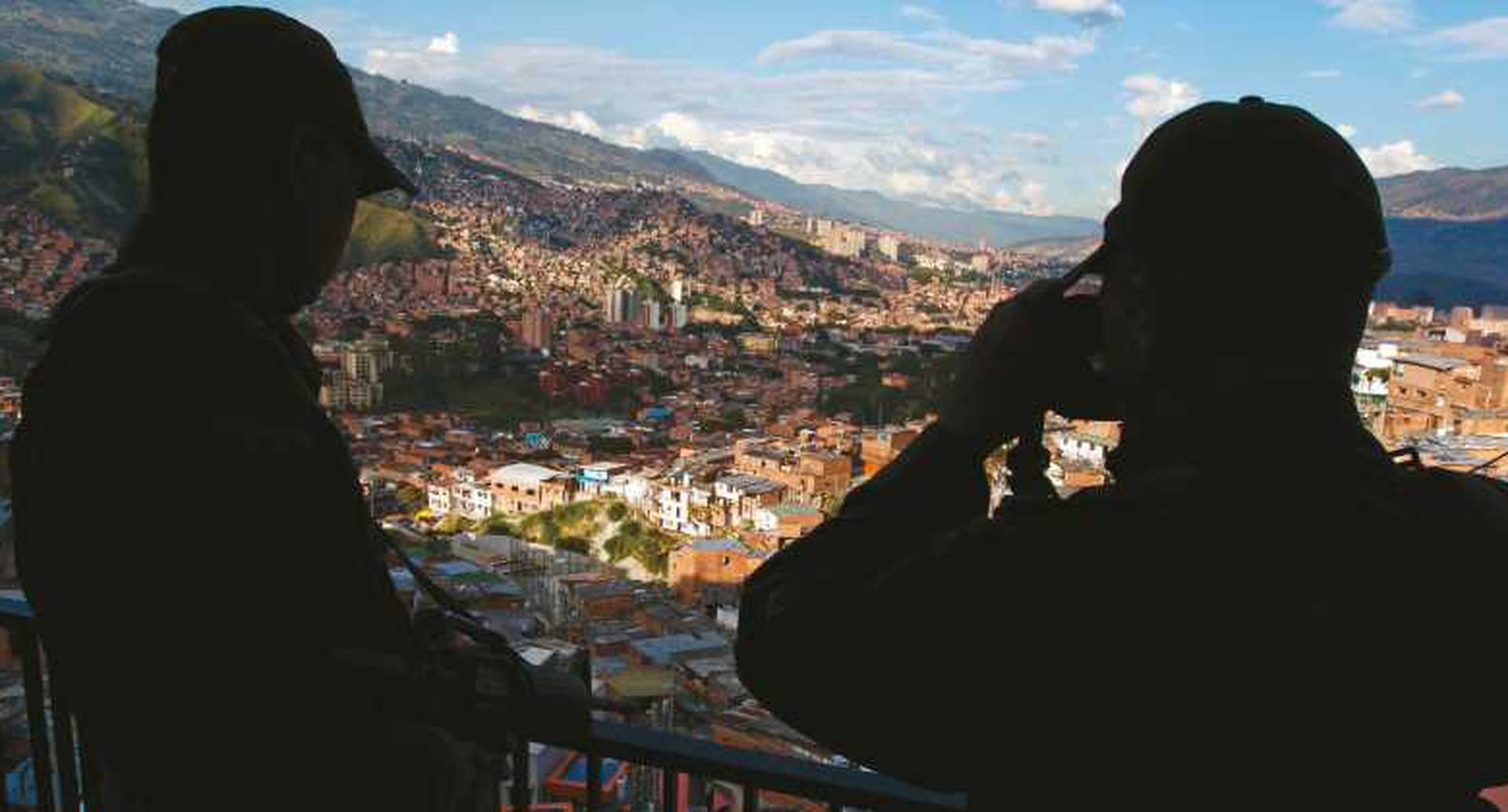Lo que se conoce como la Oficina de Envigado ejerce un control sobre gran parte de los barrios de Medellín. La extorsión y el manejo de los negocios ilícitos financian a unos 7.000 delincuentes.