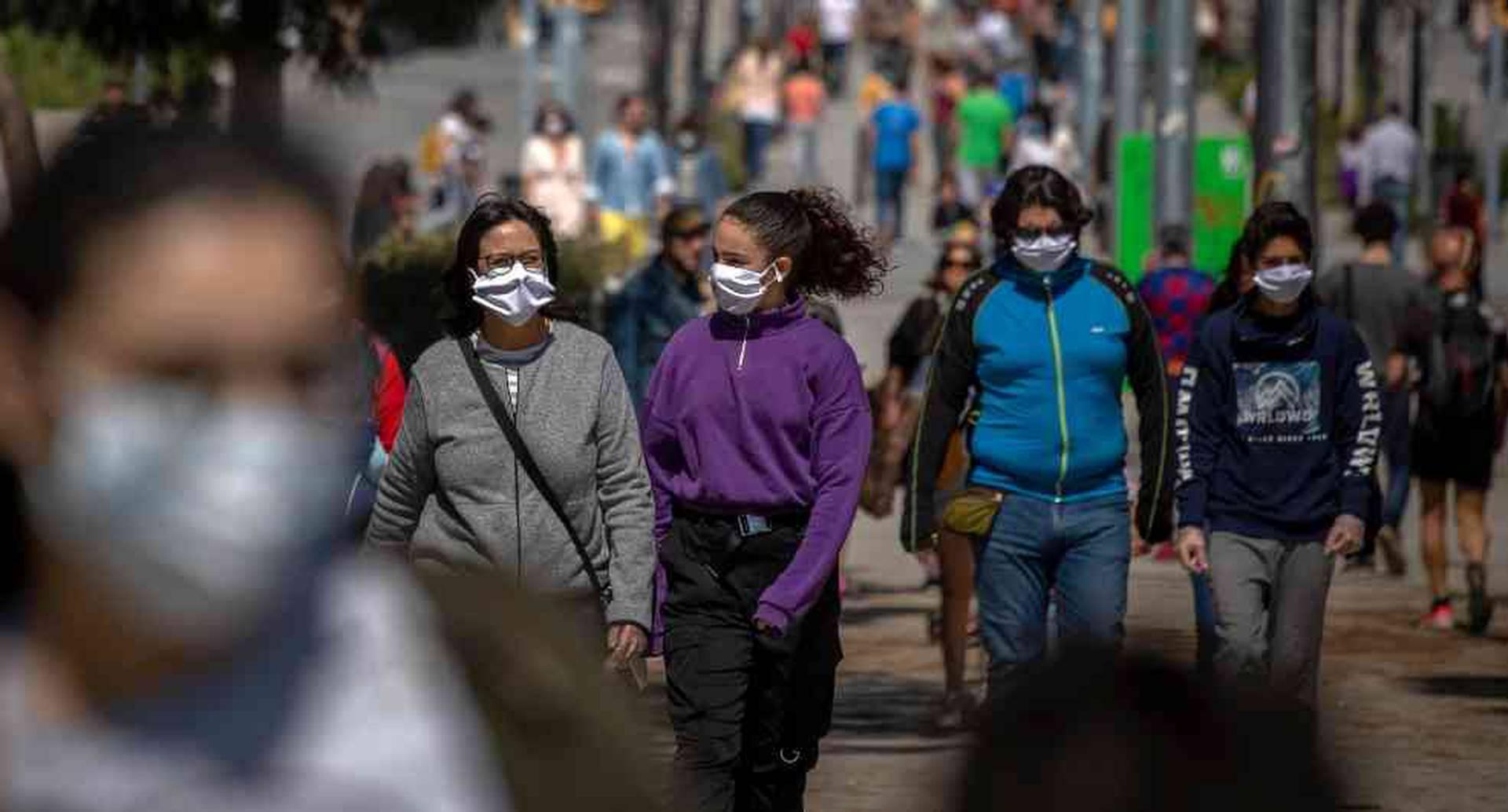 España vuelve a confinar a 200 mil personas por un rebrote de coronavirus.
