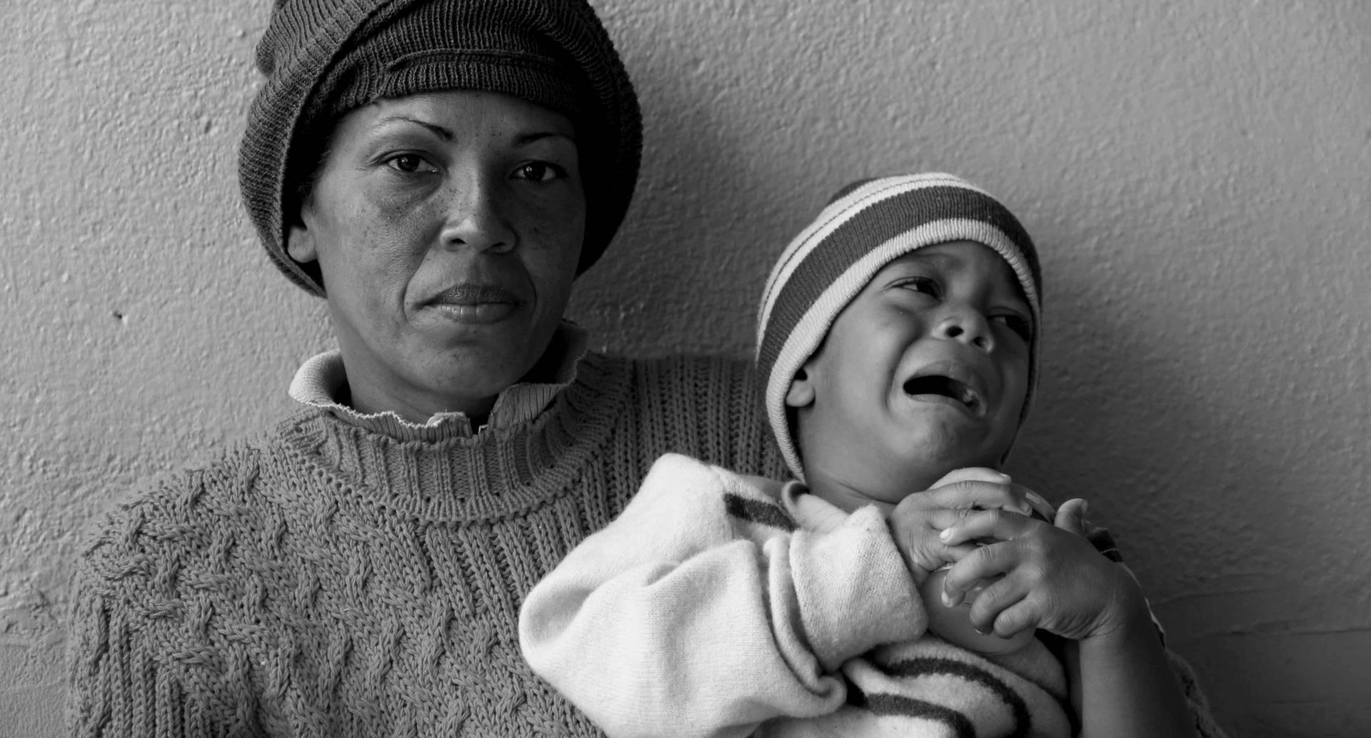 Marienela Reyes y Sebastían Quebedo: Marienela decidió salir de su casa en Venezuela porque el hambre la desesperó. Partió con su hijo de tres años rumbo a Bucaramanga. En este punto ya llevaba seis días de viaje, su hijo tenía una infección en el oído, fiebre y no tenían medicinas para el dolor. El clima era de menos cero grados en las montañas santandereanas, pero por un momento esta mujer migrante recordó el mar de donde venía, recordó a su hija de catorce años a quien tuvo que dejar y recuperó fuerzas para seguir caminando por las carreteras nubladas.