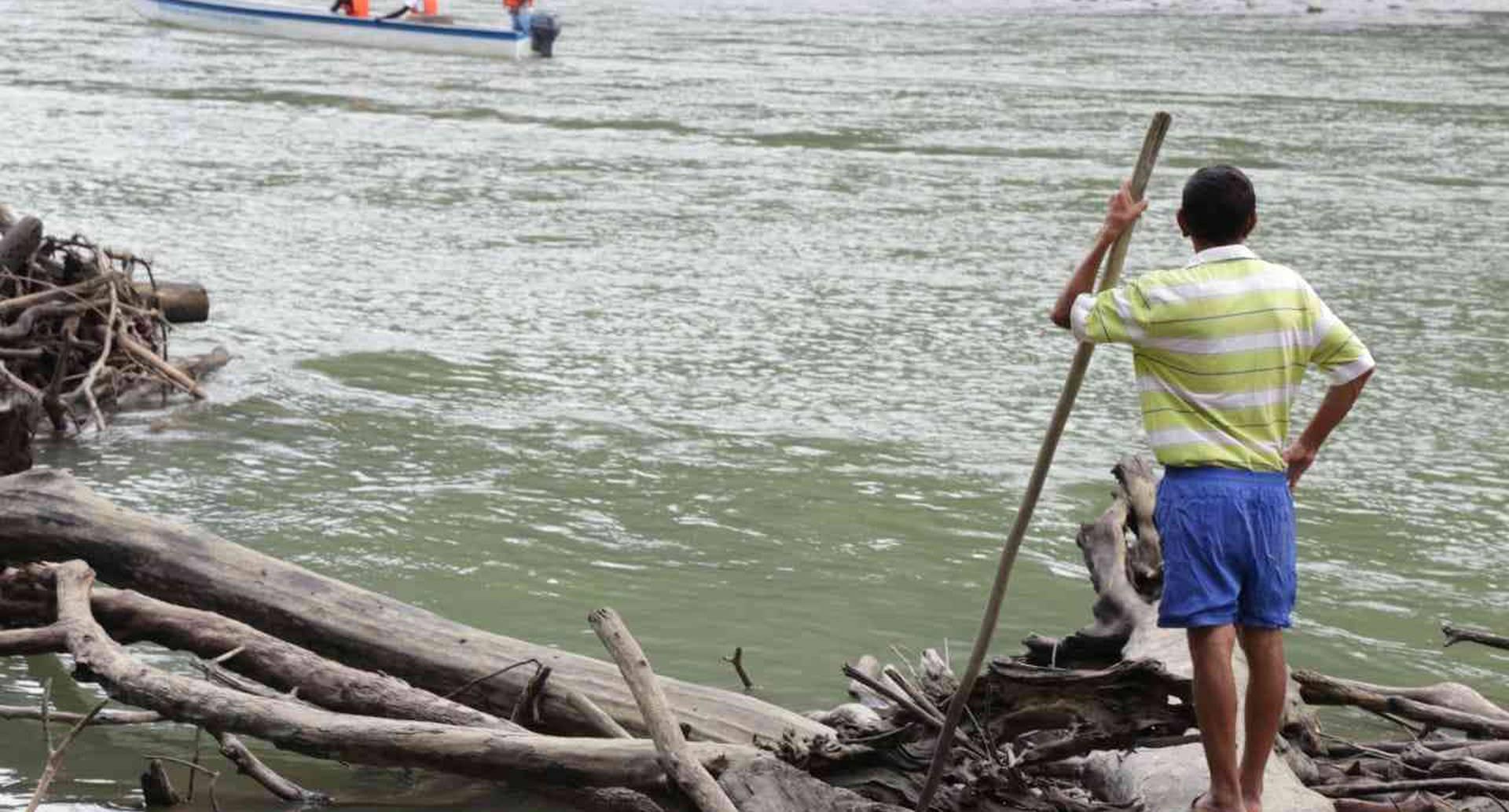 El río Cauca, portentoso, que desde lejos parecía tener la fuerza suficiente para revolcar el mundo, ya no está. Foto Esteban Valencia
