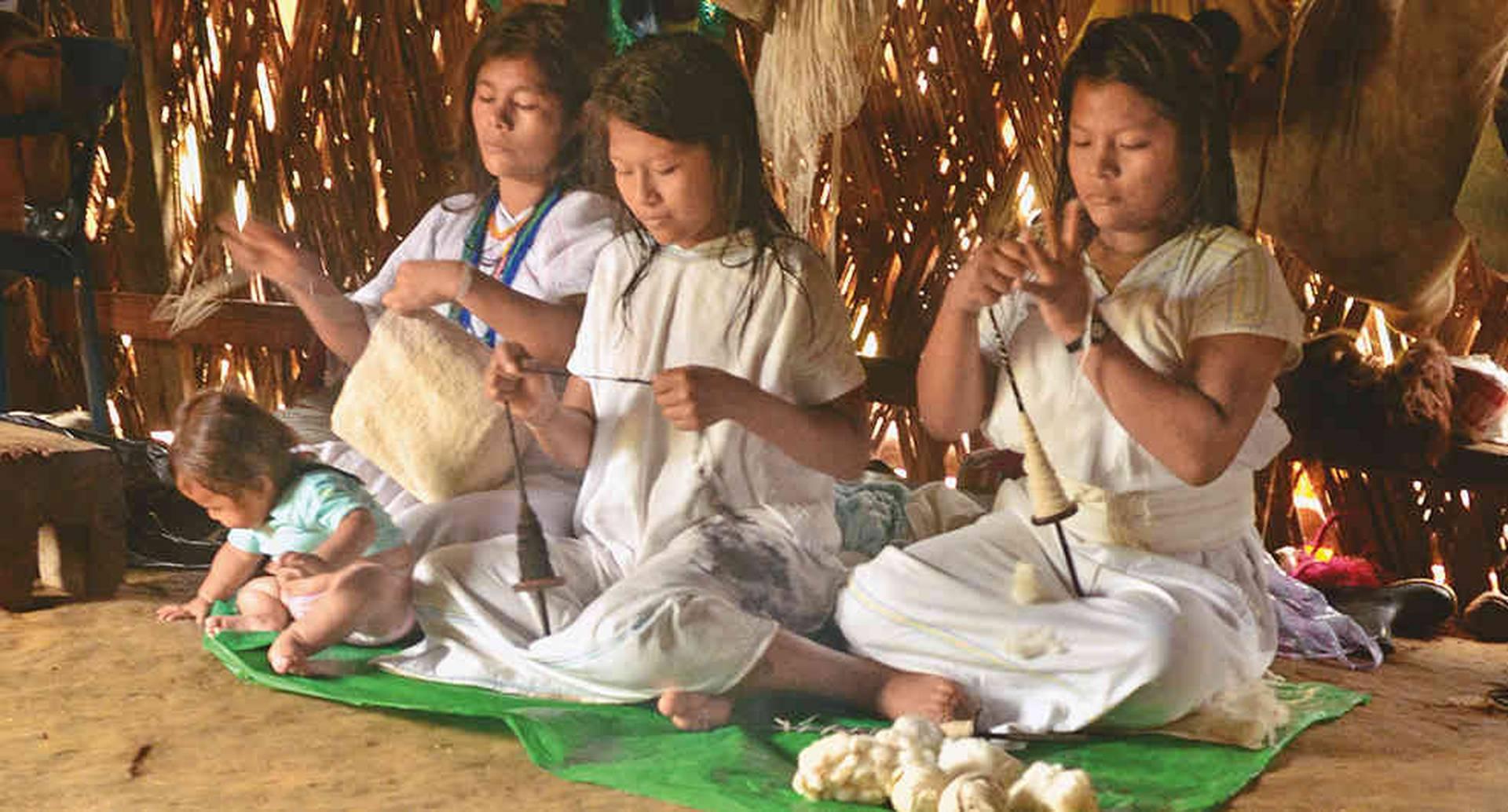 La elaboración de mochilas es una de las tradiciones más características de los pueblos indígenas que habitan la Sierra Nevada, como los arhuacos.