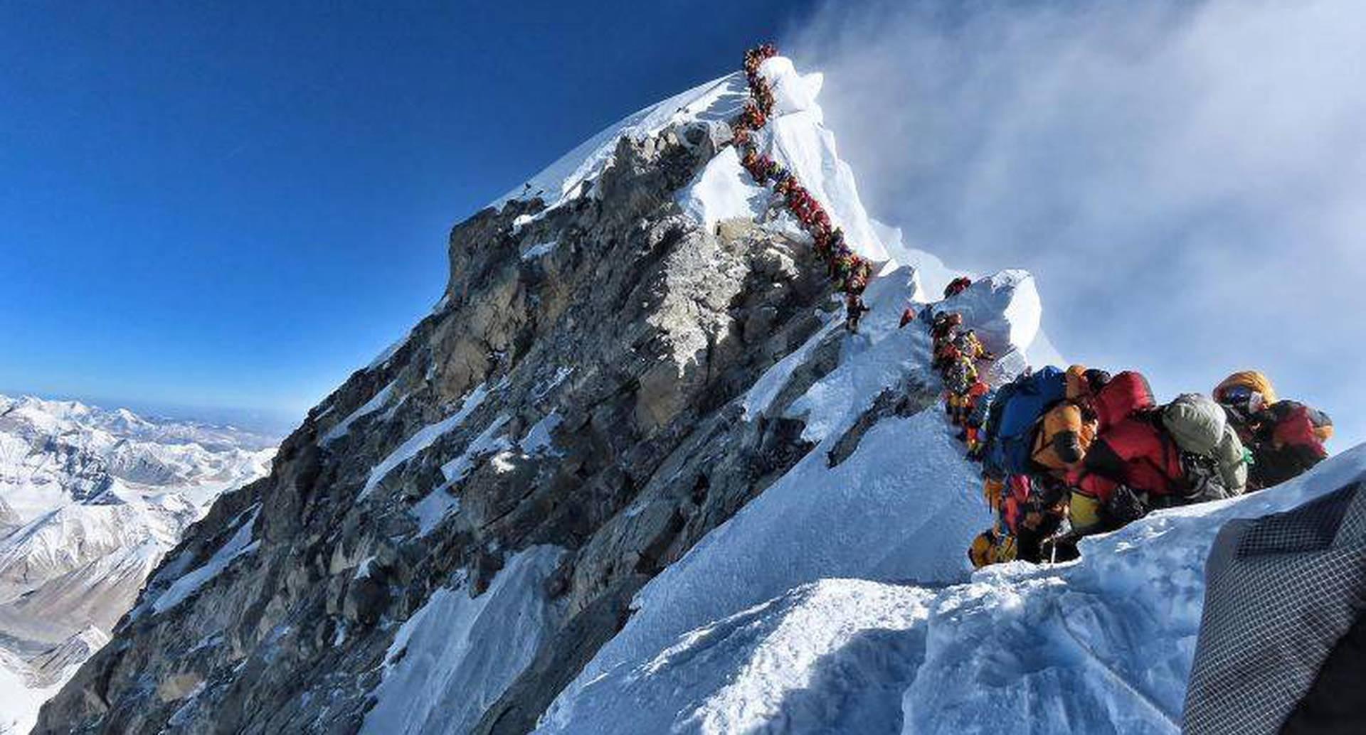 22 de mayo - Esta fotografía muestra el intenso tráfico de montañistas que se alinean para pararse en la cima del Monte Everest. Muchos equipos tuvieron que hacer fila durante horas para llegar a la cumbre, arriesgándose a las heladas y el mal de altura. FOTO:  Folleto / Proyecto Posible / AFP