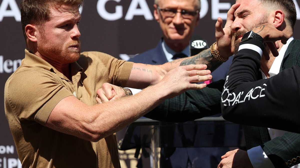 En video: Canelo Álvarez se fue a los golpes con su rival en la presentación de su próximo combate