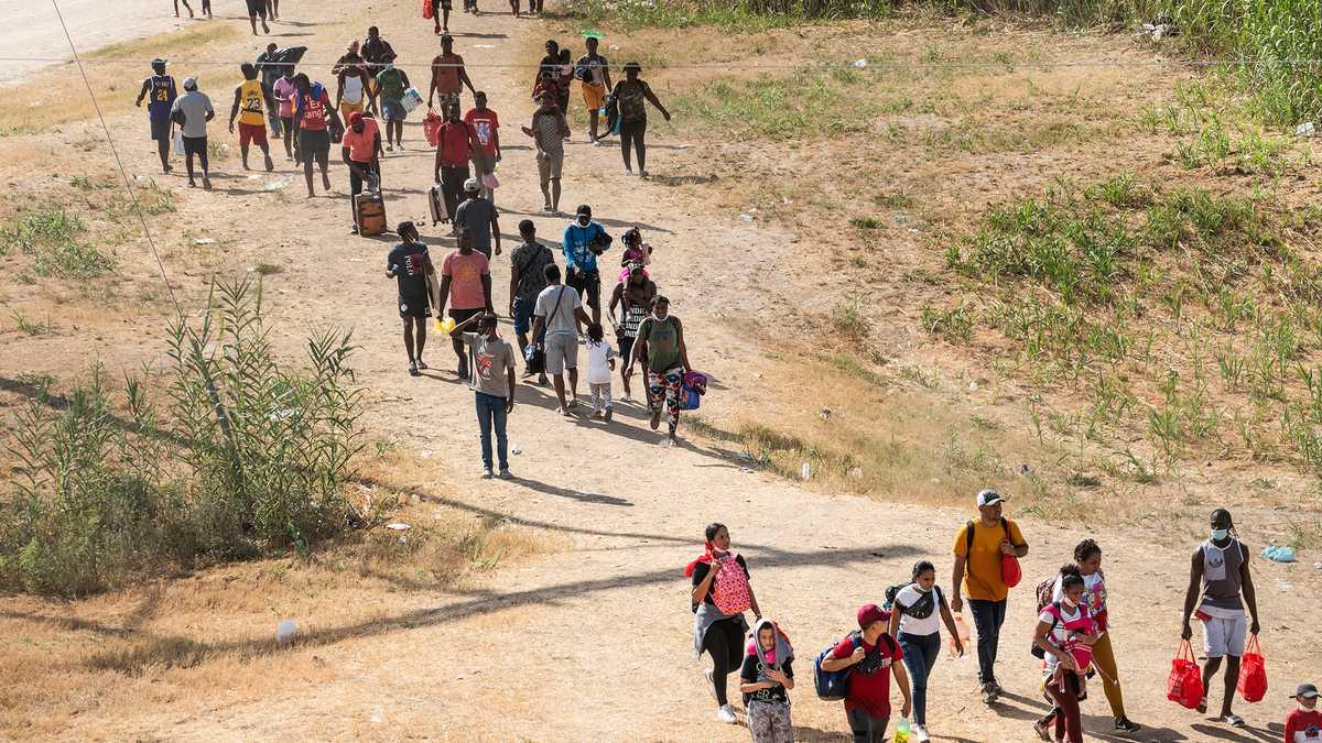 Hambrientos en la abrumada ciudad de Texas, los migrantes regresan a México en busca de comida