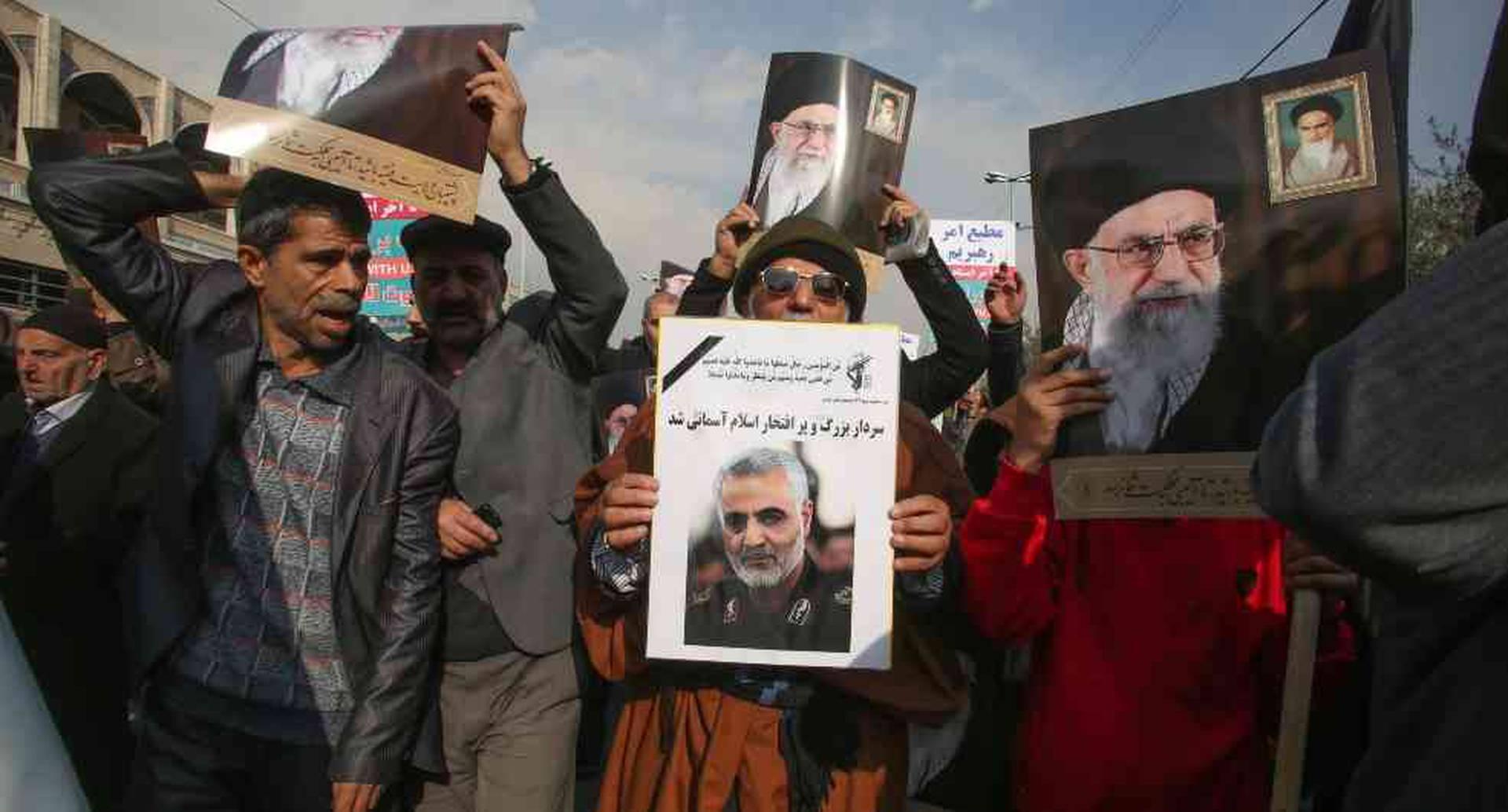 Los iraníes sostienen carteles del líder supremo de Irán, el ayatolá Ali Khamenai (antecedentes) y el comandante asesinado Qasem Soleimani durante una manifestación en la capital Teherán.