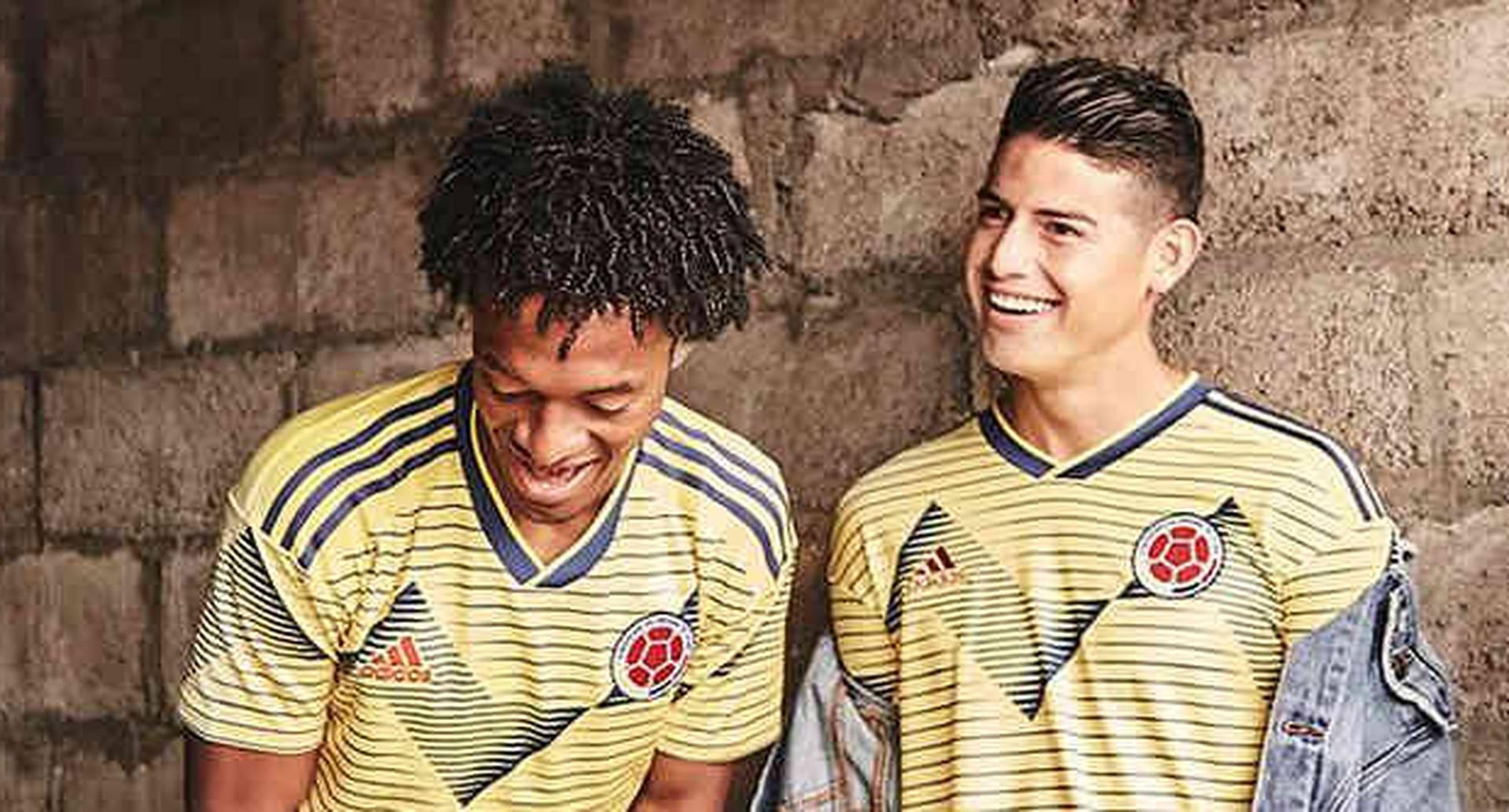 La camiseta está inspirada en  en los patrones tradicionales que adornan los sombreros y faldas de los bailarines de cumbia colombianos.