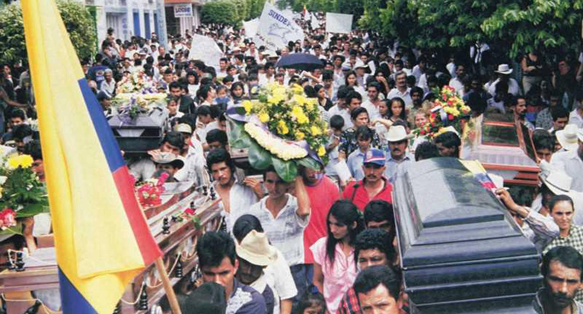 Campo de batalla: El bombardeo al caserío Santo Domingo, el 13 de diciembre de 1998, y su posterior encubrimiento por parte de la Fuerza Aérea dejaron amargas lecciones para esta institución: sanciones internacionales, pérdida de credibilidad y condenas. Esto, después de que el Ejército montó una gran operación contra combatientes de las FARC, en los alrededores de ese sitio en Tame (Arauca).