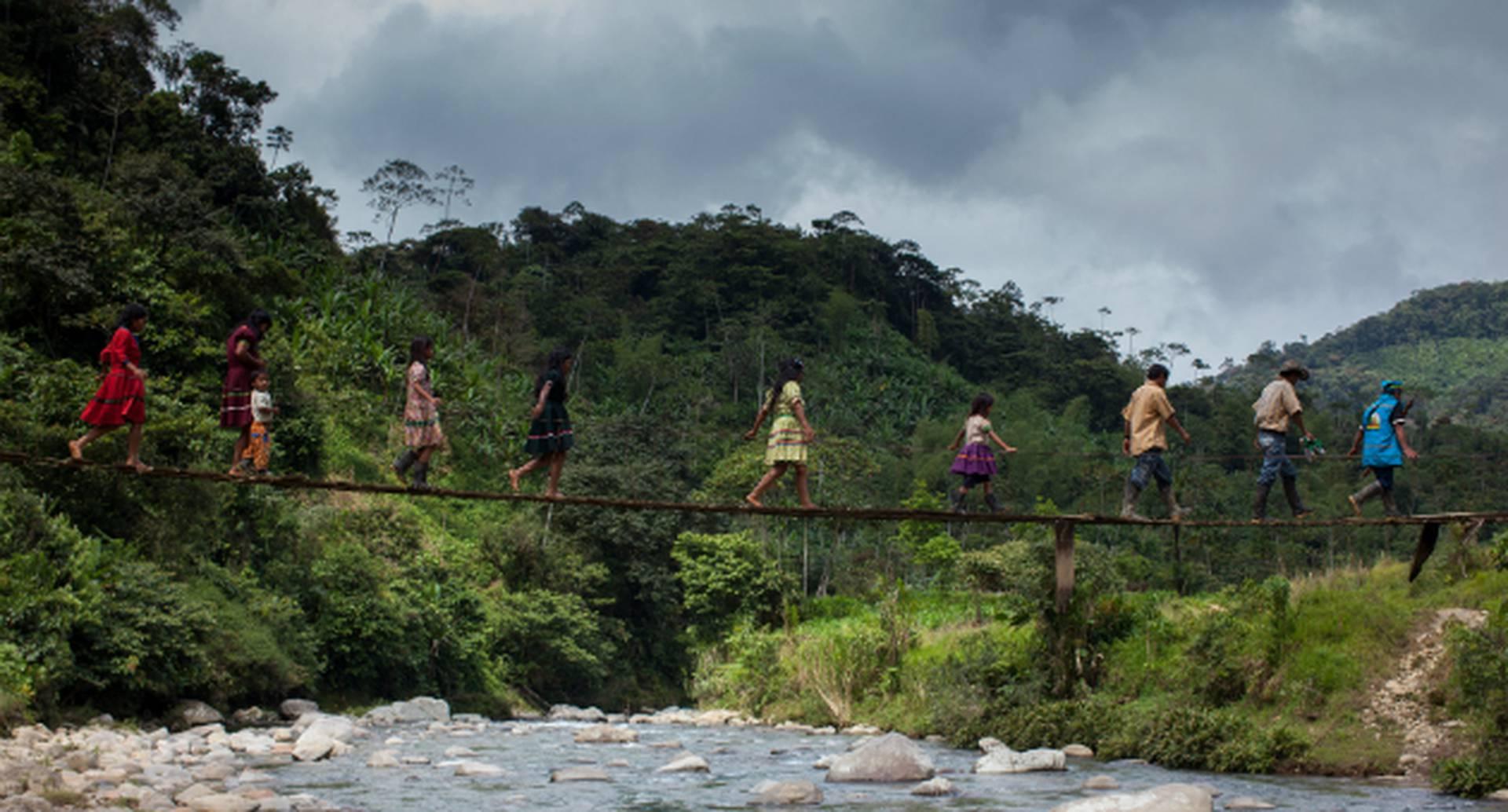 Los indígenas pertenecen a las etnias cubea, desana, tucana, curripaca, macu, bara y guanana.