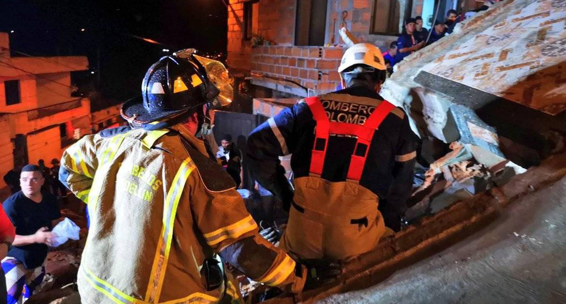 En la noche de este jueves colapsó una edificación de tres pisos en el noroccidente de Medellín.