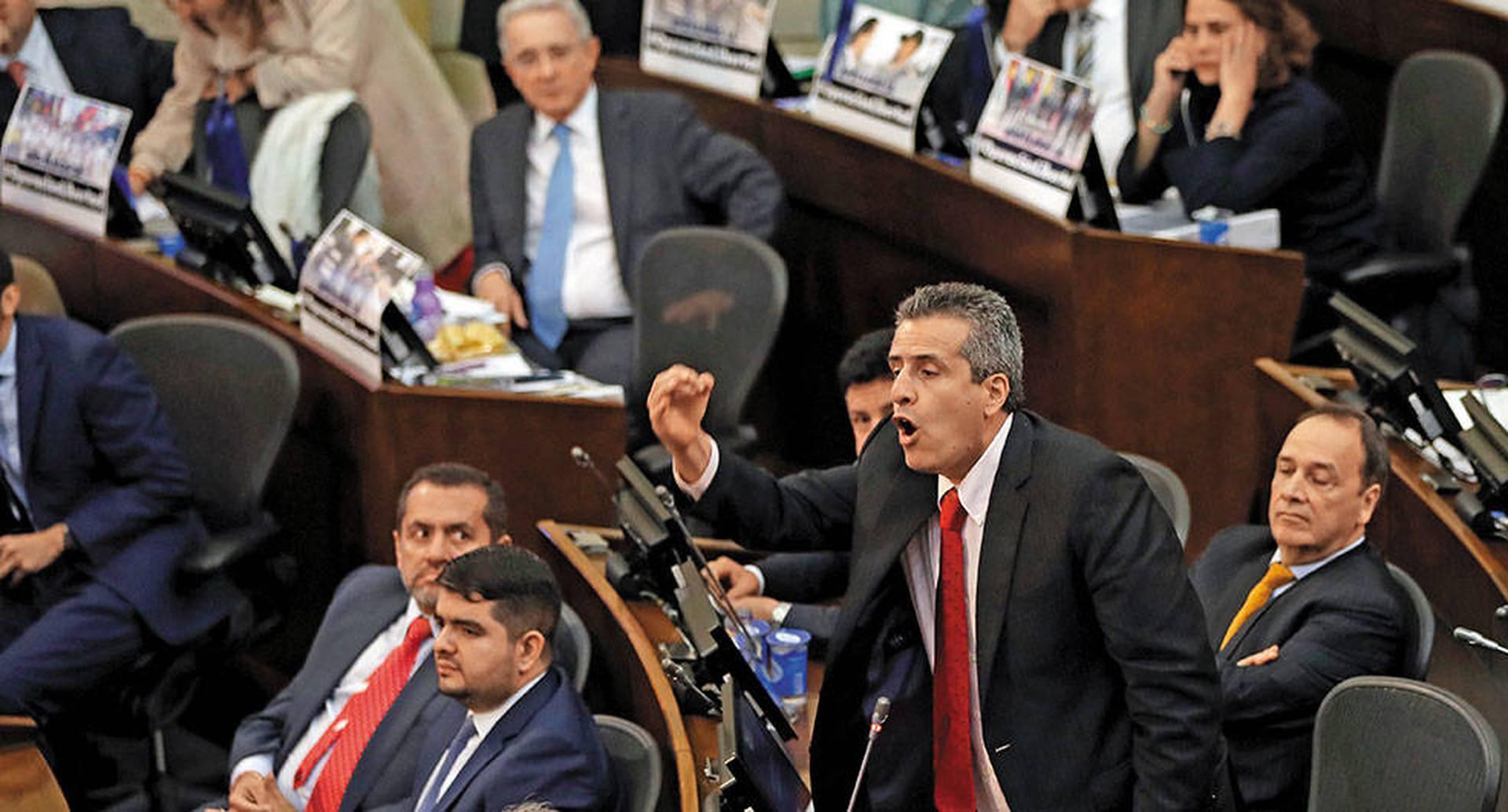 El senador Luis Fernando Velasco propuso esa salida que gusta en varios sectores, pero que genera prevenciones entre la Farc y el Centro Democrático.