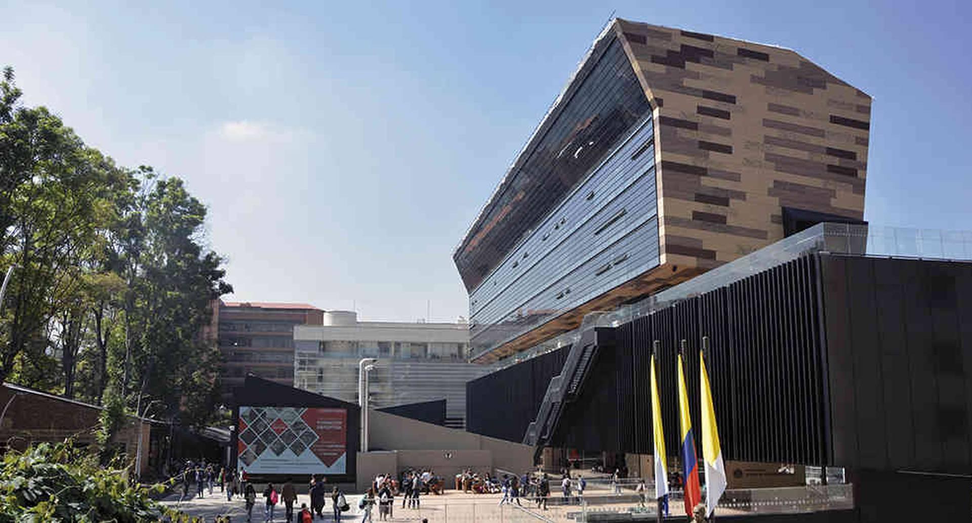 En 2017, el edificio Jorge Hoyos Vásquez recibió el premio al mejor de América Latina en automatización de audio, video y salones colaborativos.