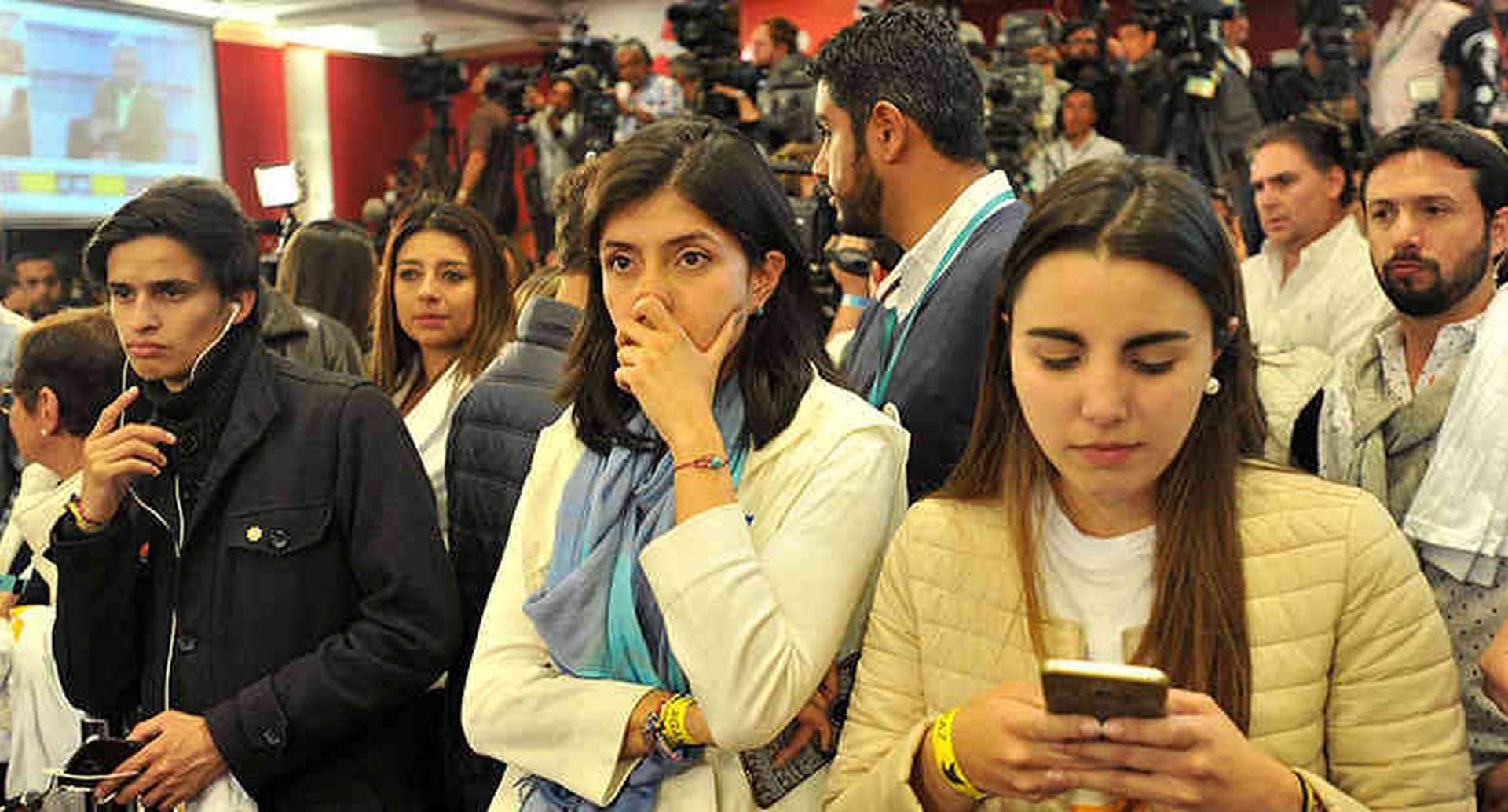 Los simpatizantes del Sí en los diferentes escenarios, reciben la noticia con desilusión. Foto: Daniel Reina.