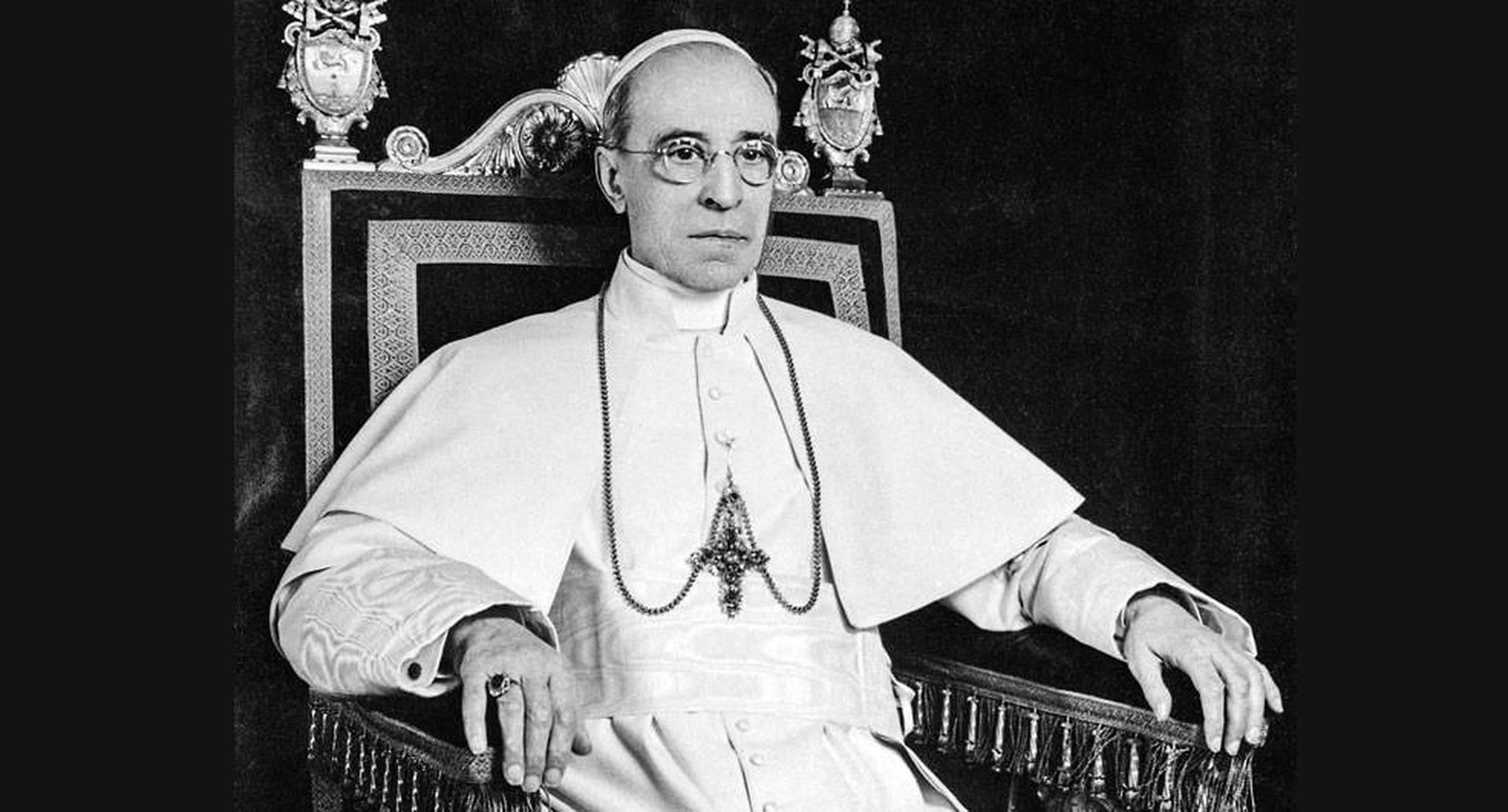 Eugenio Pacelli fue papa entre 1939 y 1958. Algunos investigadores sostienen que aunque mantuvo una actitud neutral, en secreto conspiró para derrocar a Hitler.