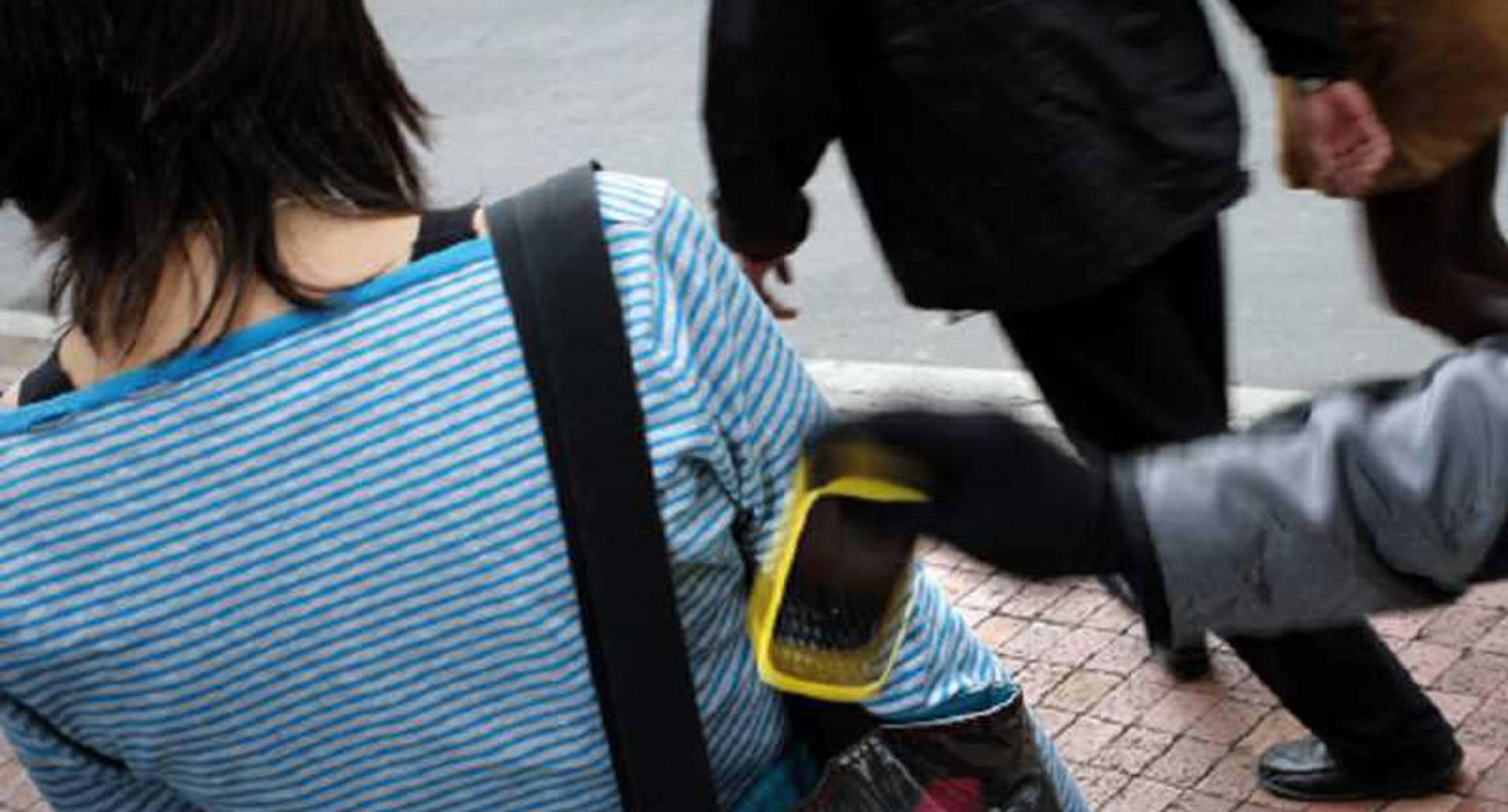 No a la compraventa de celulares robados: Quien compre un celular reportado por hurto o robo, puede ser multado con ocho salarios mínimos legales diarios (SMLDV). Como en todos los casos en que se impongan multas, en caso de que los sancionados no las paguen, serán reportados en el Boletín de Responsables Fiscales de la Fiscalía, lo cual les generará dificultades, por ejemplo, a la hora de asumir un empleo público, entre otras.  Así mismo, las autoridades sellarán los establecimientos en los que se encuentre un celular con las mismas características. Si la Policía encuentra más de un aparato reportado como robado, puede judicializar a la persona a cargo del establecimiento comercial.