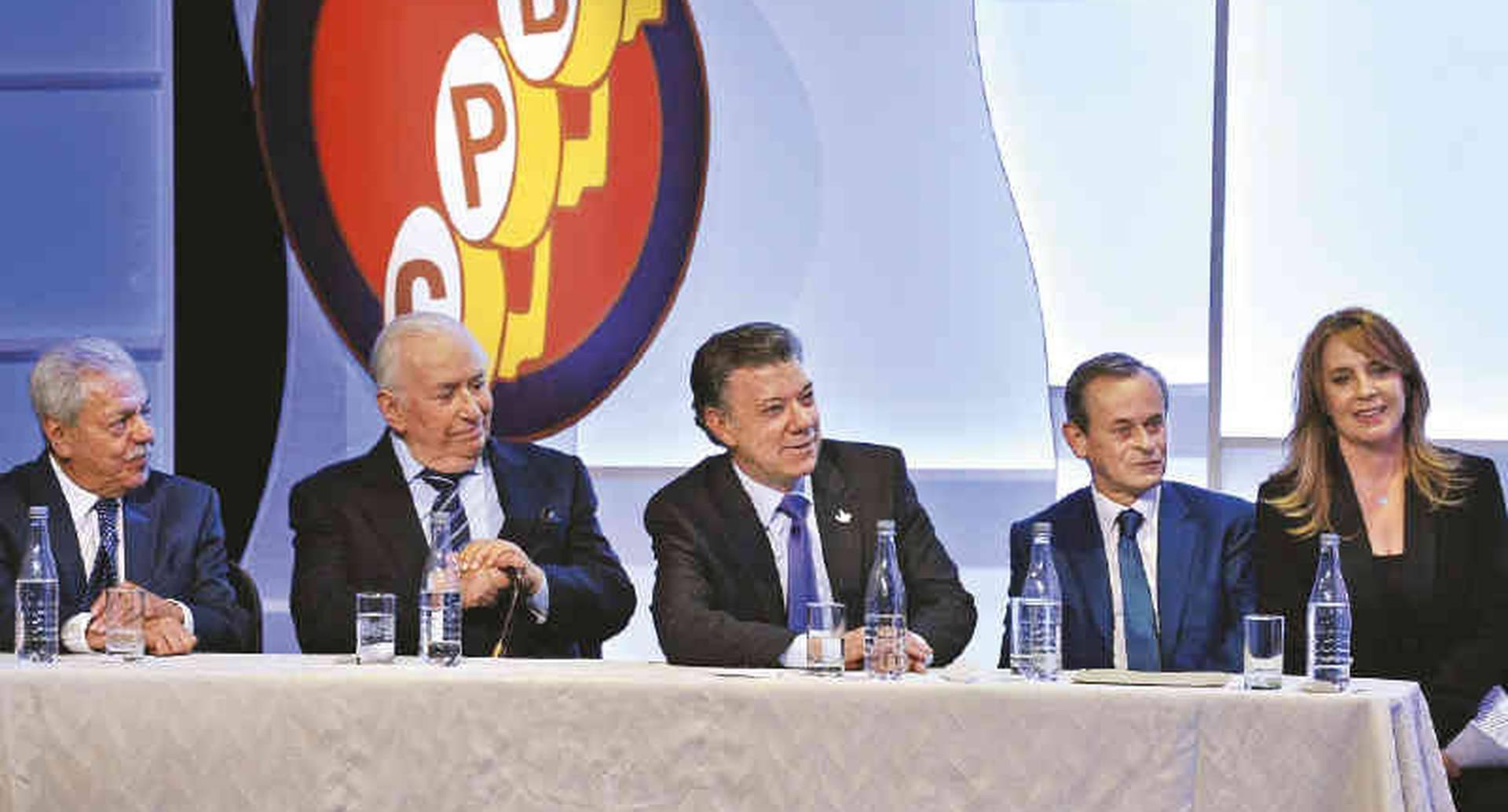 Gabriel Ortiz, Belisario Betancur, Juan Manuel Santos, William Giraldo y María Elvira Arango