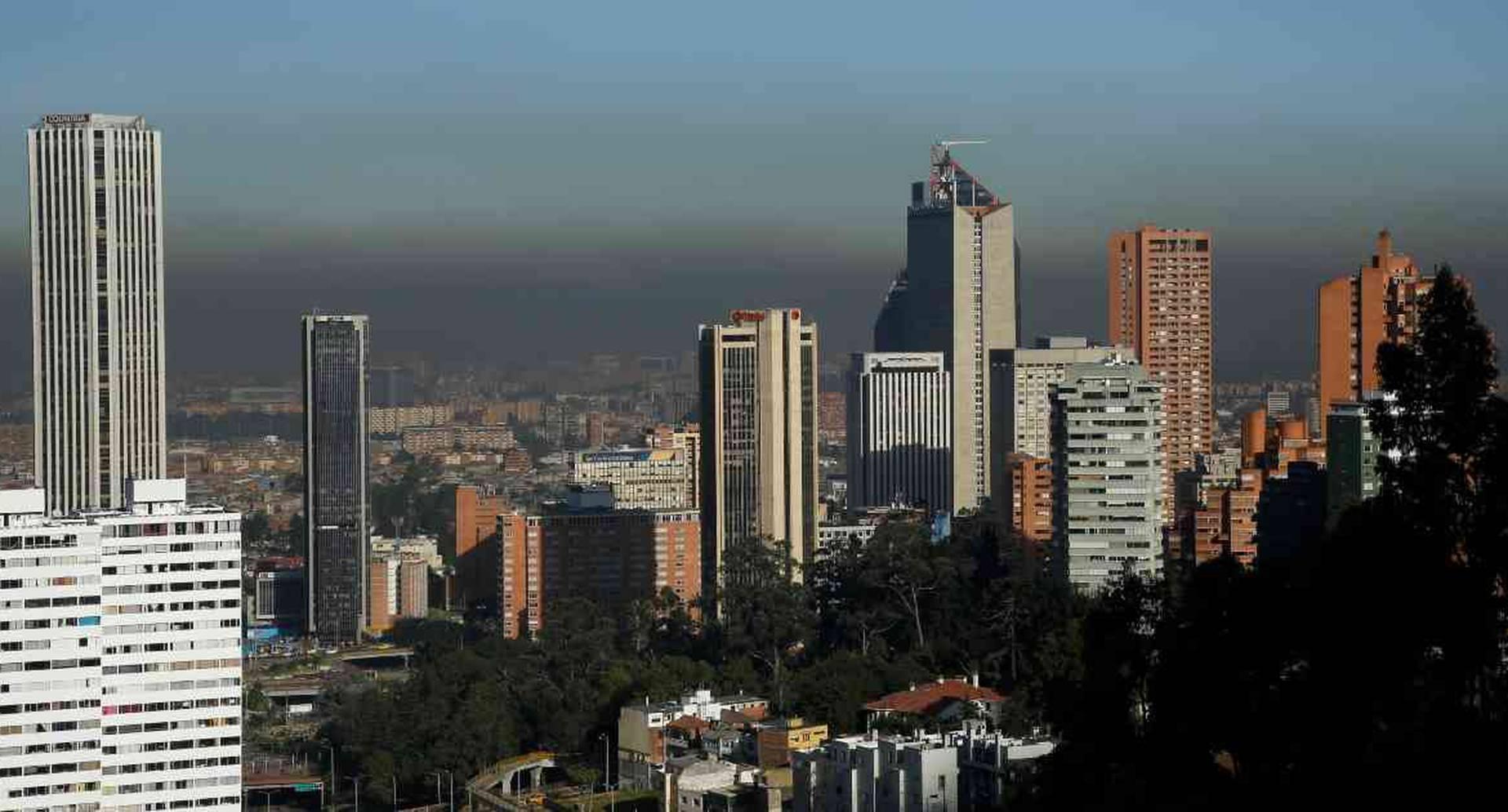 Así se encontraba el cielo de Bogotá este jueves 6 de febrero, a la 7:00 de la mañana. Imagen tomada desde la Avenida Circunvalar. Foto: Guillermo Torres/Semana.