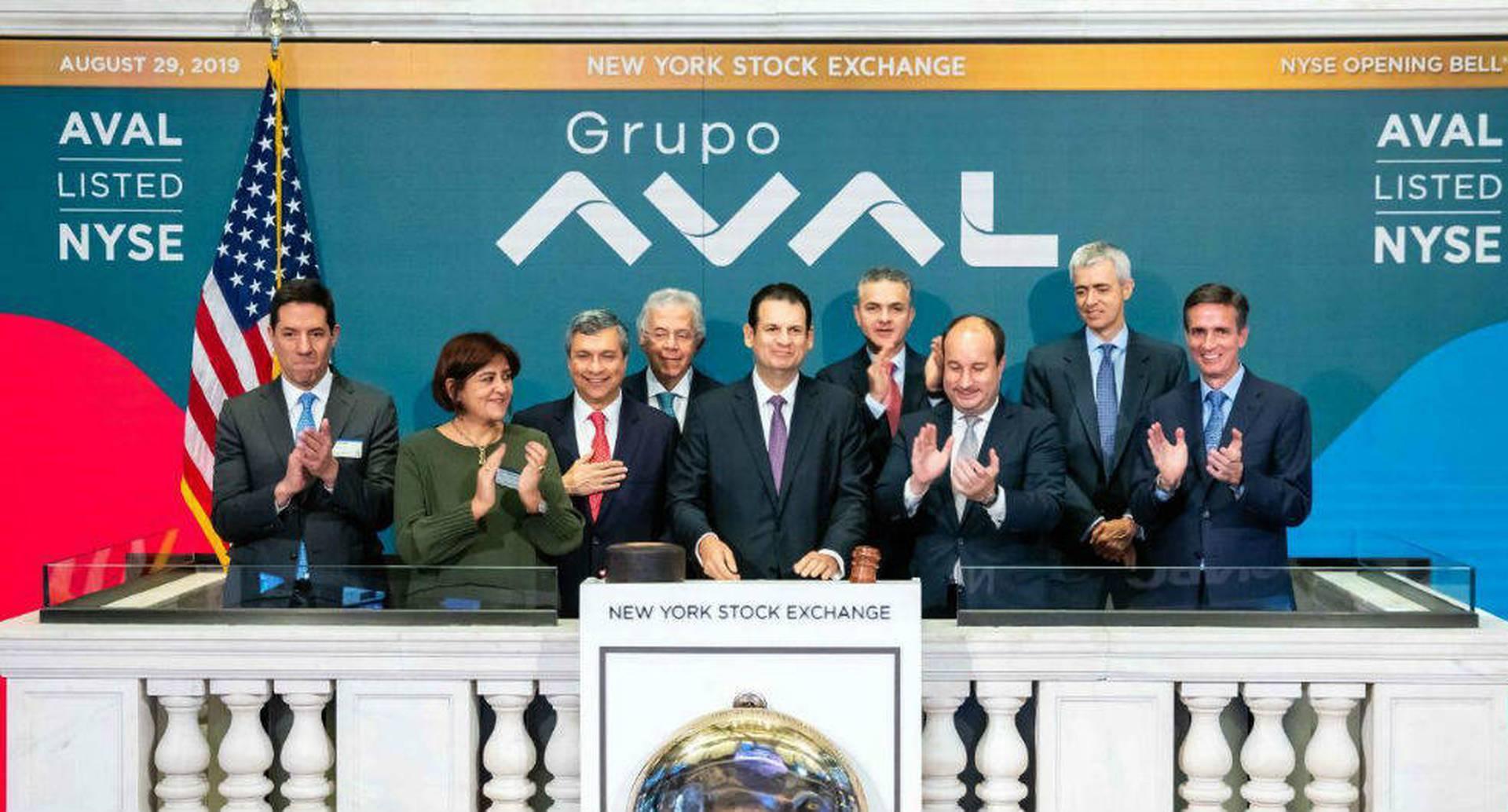 Luis Carlos Sarmiento Gutiérrez, presidente de Grupo Aval (centro) dio el toque de campana en la apertura de la Bolsa de Valores de NY. (Suministrada)