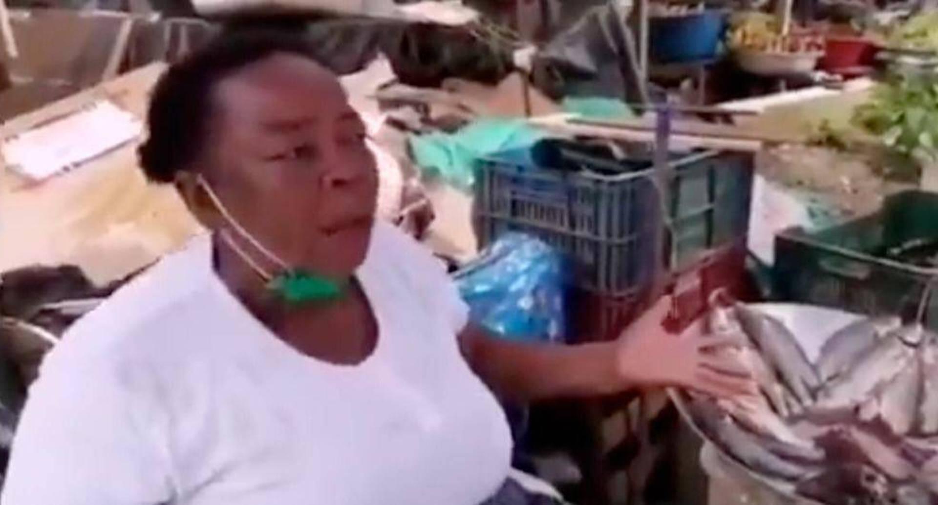 Covid-19: tras su denuncia, vendedora de pescado en Quibdó recibió ayuda Foto: Pantallazo video Aldemar Valencia.