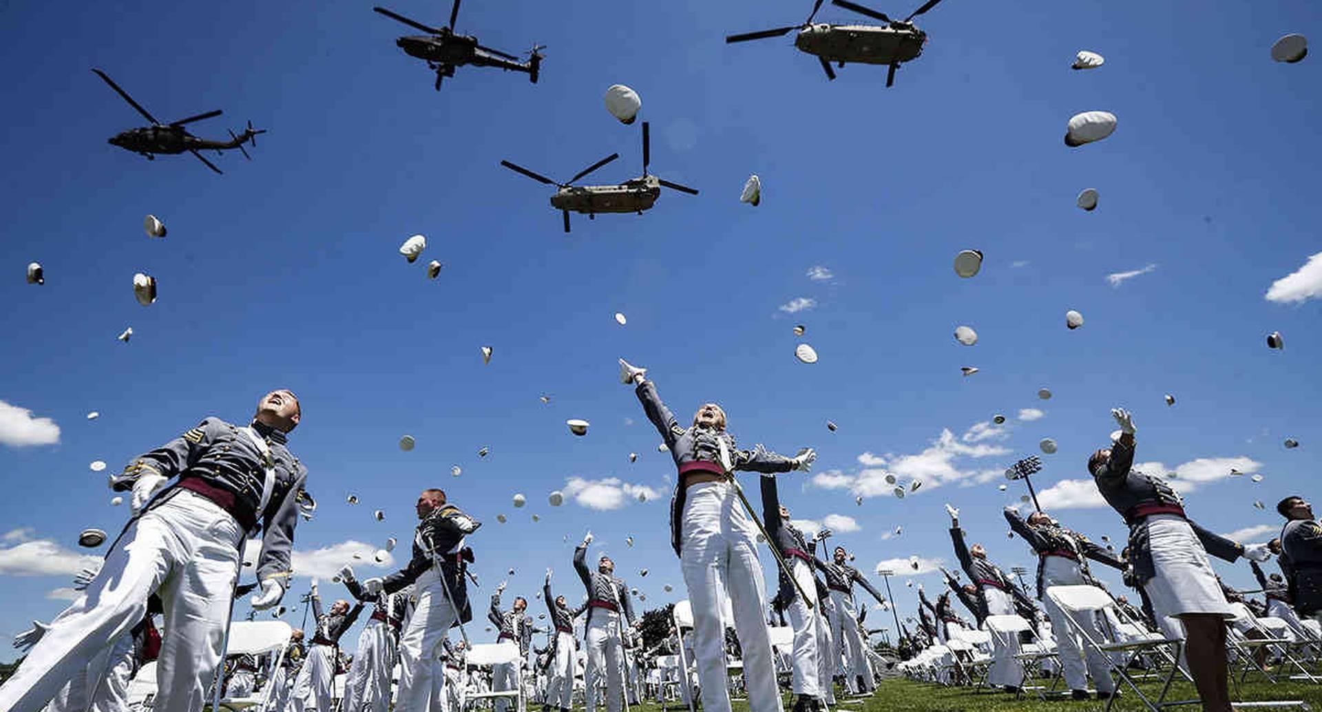 Cadetes de la Academia Militar de Estados Unidos celebran su graduación, el 13 de junio, en West Point, Estados Unidos. Foto: John Minchillo, Pool/ AP