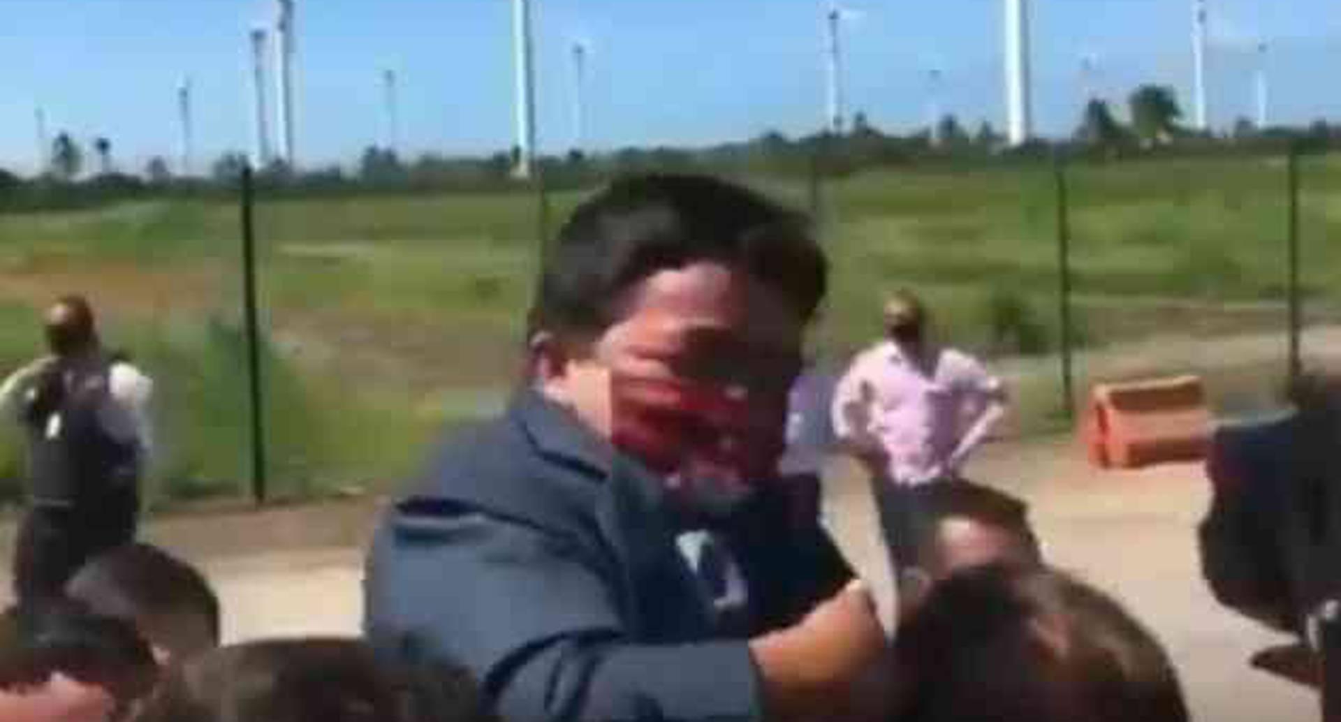 Video: Jair Bolsonaro cargó un enano creyendo que era un niño.
