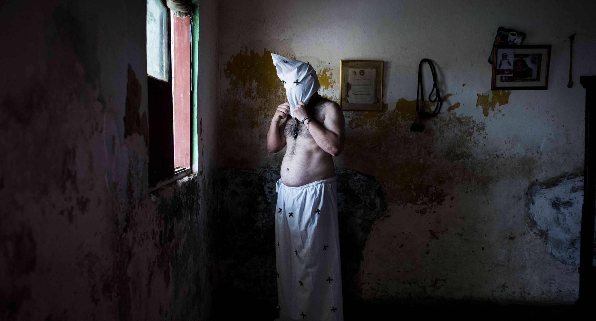José Luis Sarmiento es un celador tomasino, quien lleva 20 de sus 34 años viviendo en Venezuela y trabajando como celador de un edificio. Cada año recorre 1.118 Km. y 24 horas de camino desde Caracas, Venezuela para cumplir la promesa de flagelante hecha en nombre de su sobrino hace 9 años.