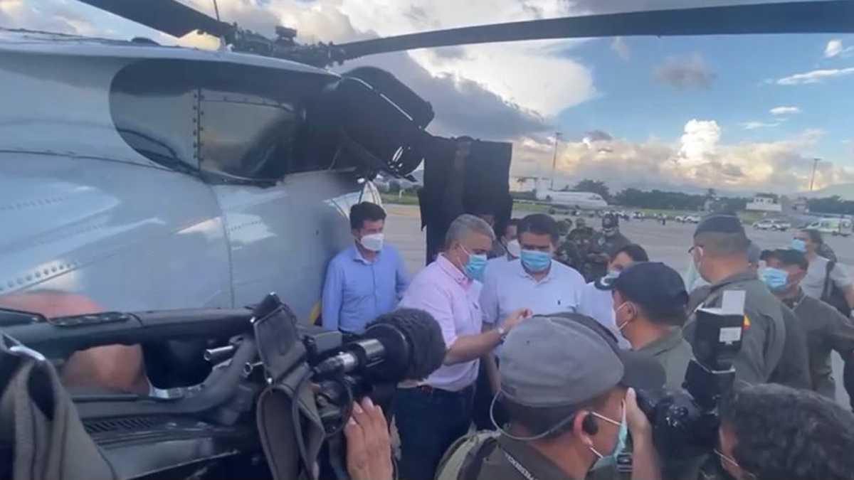 Video: las impactantes imágenes del presidente Duque inspeccionando el helicóptero tras el atentado