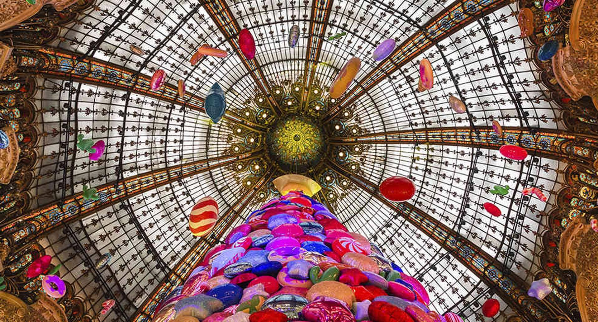Interior del centro comercial Galería Lafayette, ubicado en el bulevar Haussmann, en París.
