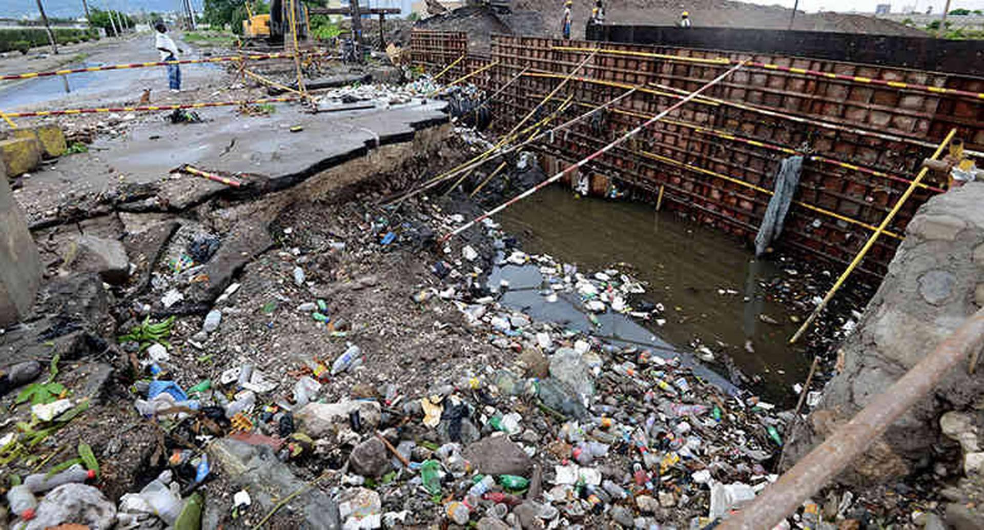 Destrozos materiales y una persona desaparecida en Kingston, Jamaica. Fotografía vía: Ricardo Makyn / AFP