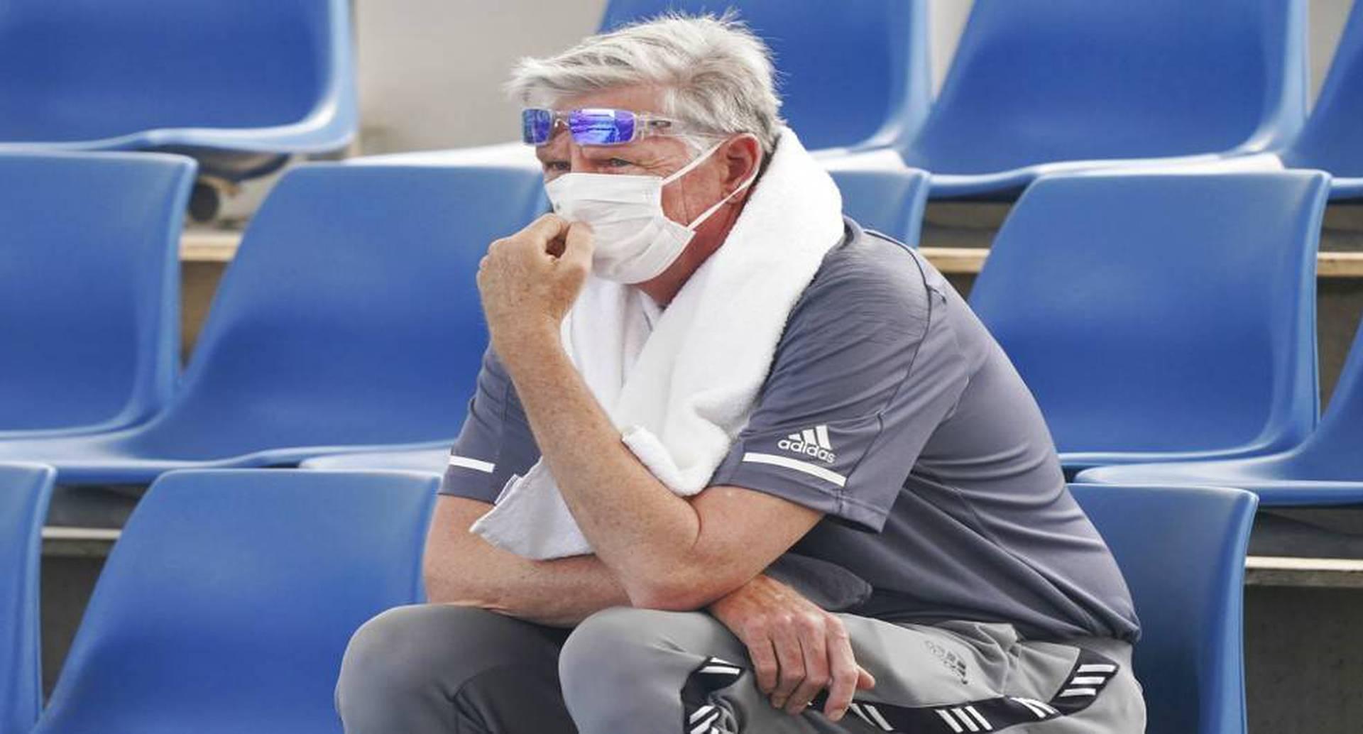 Un espectador usa una máscara mientras el humo envuelve Melbourne durante una sesión de práctica del Abierto de Australia, el martes 14 de enero de 2020. Foto: Michael Dodge/AAP vía AP.