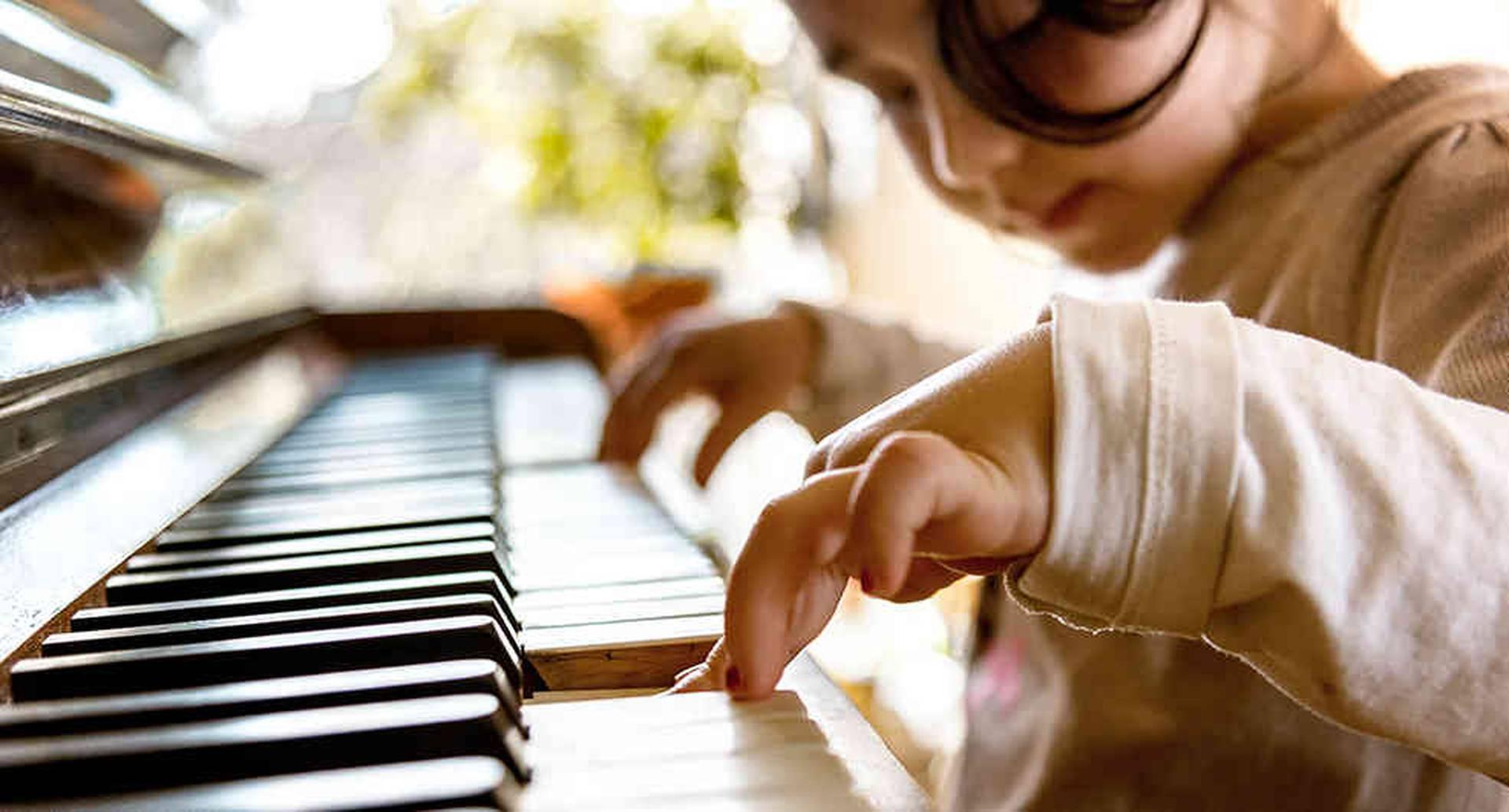 En las Escuelas de Formación Musical, los niños aprenden a tocar saxofón, trompeta, clarinete y otros instrumentos.