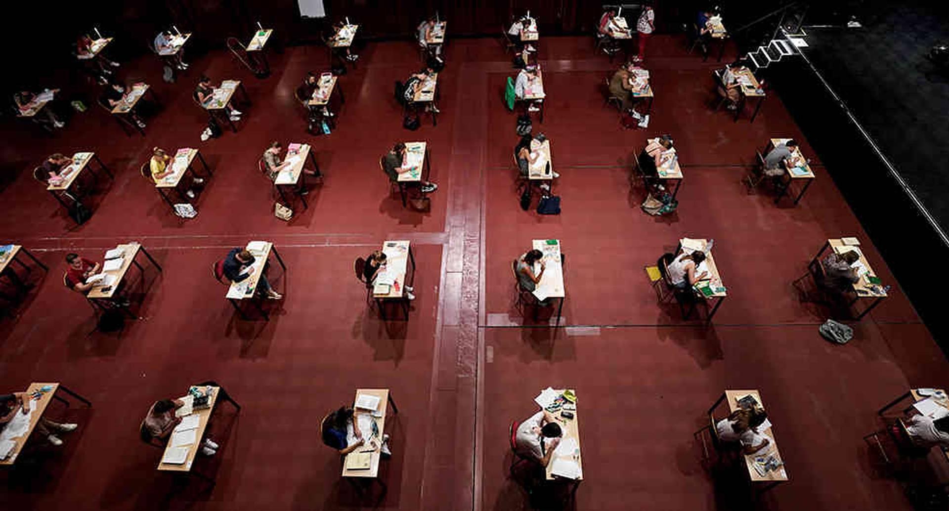 Universitarios presentan sus exámenes en la sala de conciertos Ancienne Belgique para mantener el distanciamiento social. Bruselas, Bélgica. // AFP/Kenzo Triboullard.