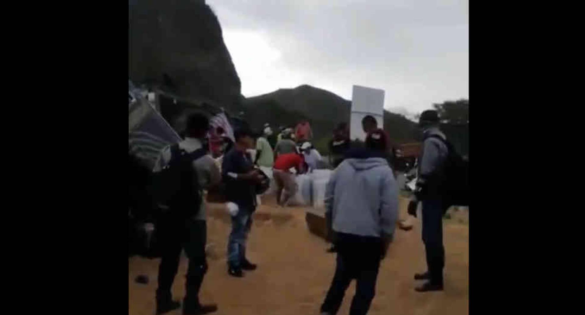 Video: saquean tractomula en el Valle con conductor atrapado por el accidente