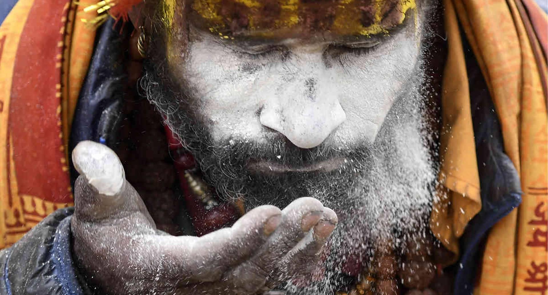 Un Sadhu (hombre santo hindú) mancha su rostro cerca del templo Pashupatinath en la víspera de el festival hindú de Maha Shivaratri, en el Templo Pashupatinath, en Katmandú, el 20 de febrero de 2020. El Maha Shivaratri es un festival hindú celebrado antes de la llegada de primavera. Foto: Prakash Mathema/ AFP.