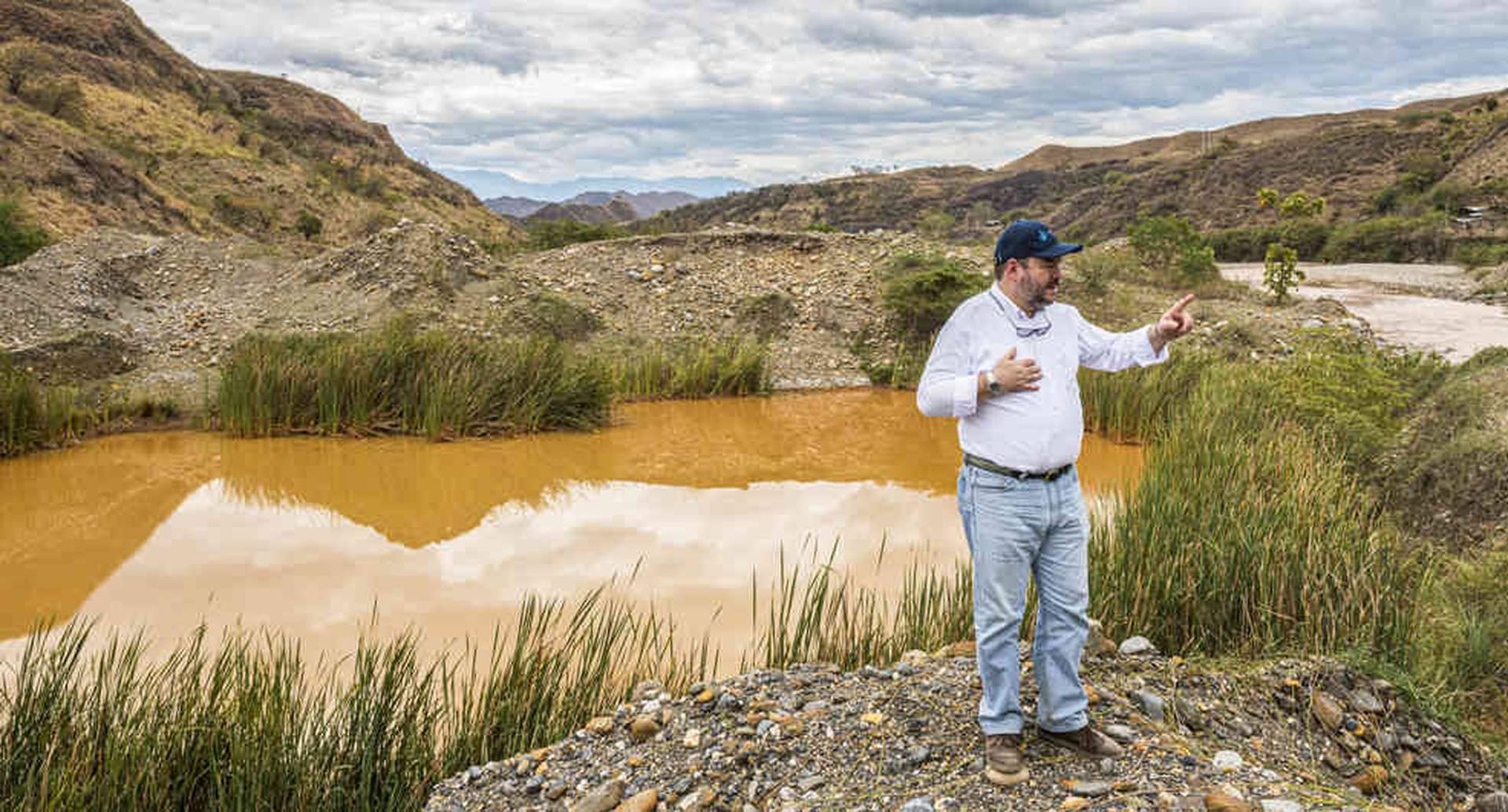 El río Sambingo, prácticamente seco, por causa de la minería ilegal. El defensor del Pueblo, Carlos Alfonso Negret lo visitó.