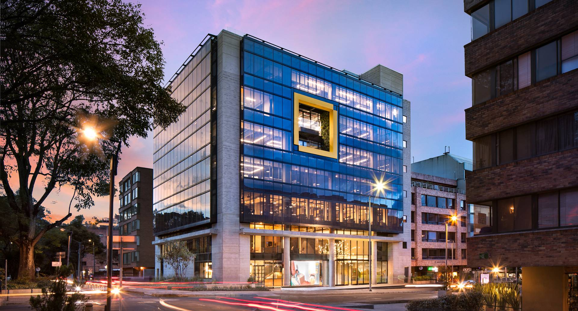 El edificio cuenta con aplicativos que evalúan y controlan de manera automática y remota los sistemas de iluminación y generación de energía fotovoltaica. Construcción Edificios inteligentes