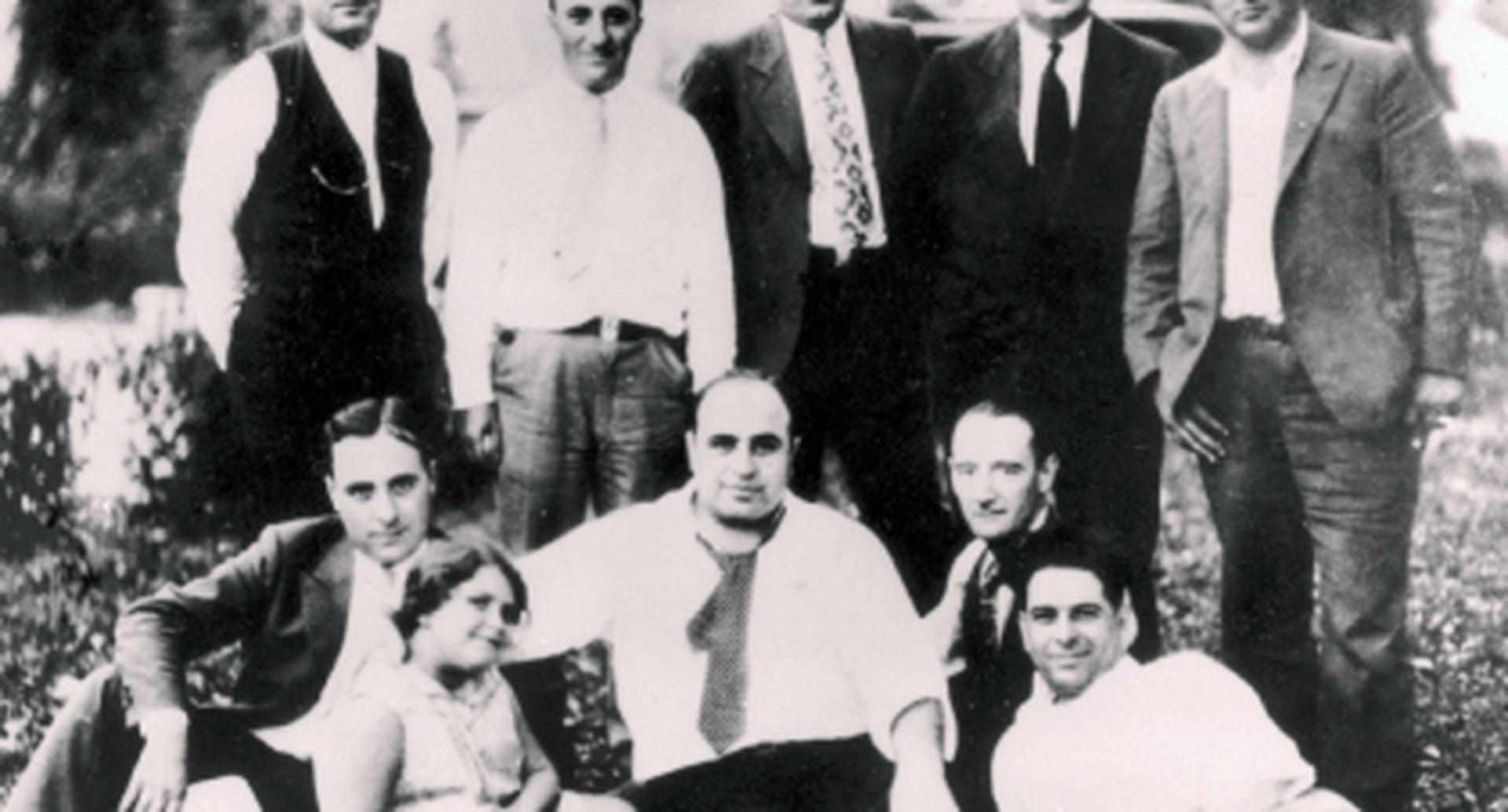 Muchos de los parientes de Capone decidieron cambiar su apellido para no ser relacionados con él. En la foto aparece con algunos familiares y amigos durante un picnic en Chicago.